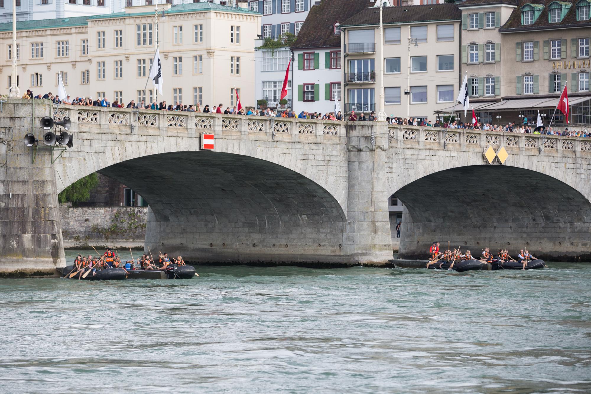 Vorläufe Schlauchbootrennen, unterhalb der Mittleren Brücke