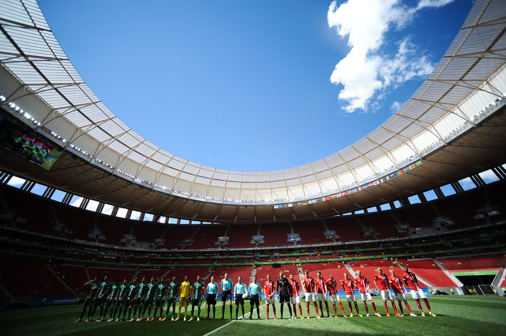 epa05455065 The team of Iraq (L) and Denmark before the men's preliminary round match between Iraq and Denmark for the Rio 2016 Olympic Games Soccer tournament at Mane Garrincha stadium in Brasilia, Brazil, 04 August 2016. EPA/ANDRESSA ANHOLETE/FRAMEPHOTO **BRAZIL OUT**