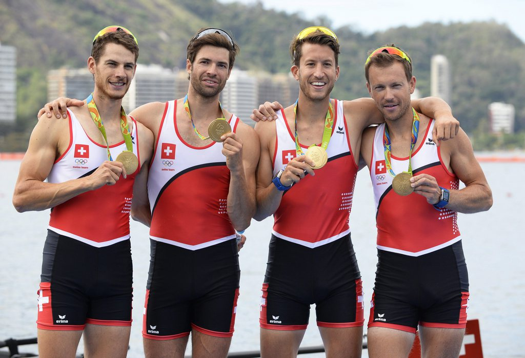 epa05473930 Team Switzerland pose with their gold medals after winning the men's Lightweight Four final race of the Rio 2016 Olympic Games Rowing events at the Lagoa Rodrigo de Freitas in Rio de Janeiro, Brazil, 11 August 2016. EPA/FRANCK ROBICHON