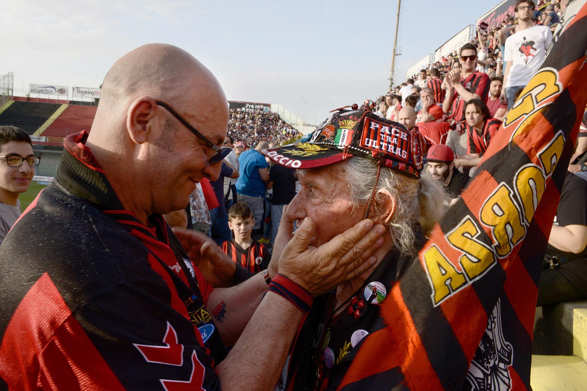 Im Stadion schüttelt der 91-Jährige den Polizisten die Hand. Die anderen Fans besingen ihn. Manche muss er regelrecht abwimmeln.