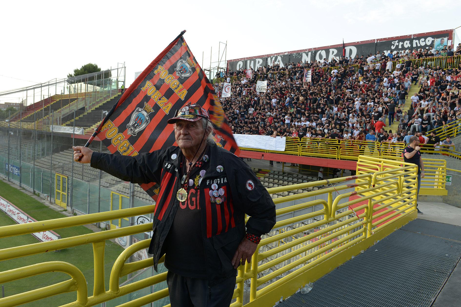 Seine Friedensbotschaft trägt Nonno Ciccio auf der Fahne ins Stadion – auch wenn sie bei den harten Jungs nicht ankommt.