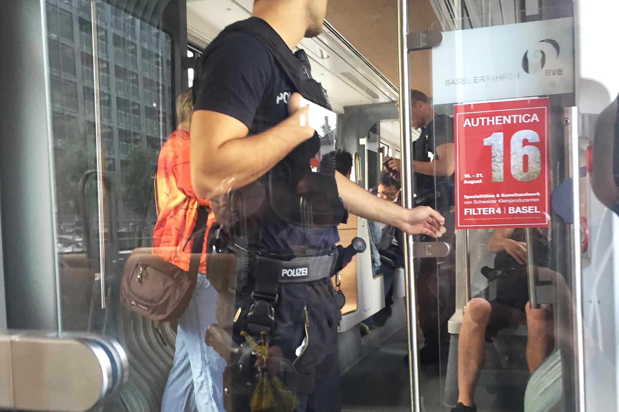 Deutsche Bundespolizisten kontrollieren Fahrgäste im 8er-Tram.