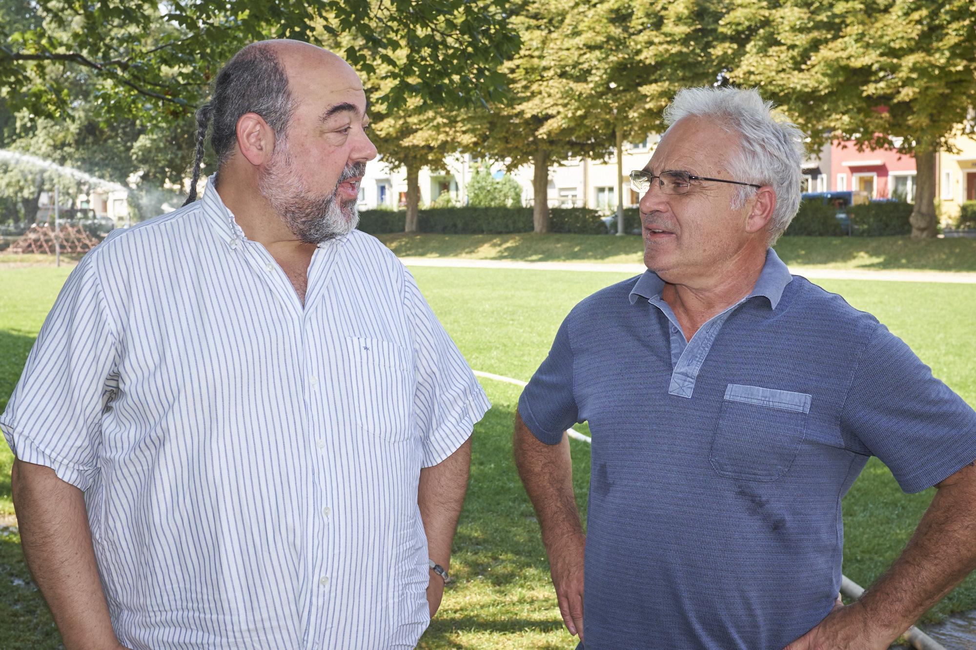 Wollen lieber nicht, dass sich hier viel ändert: Philip Karger und Renato Hiltmann sammeln Unterschriften gegen die Umgestaltung des Steinbühlmätteli.