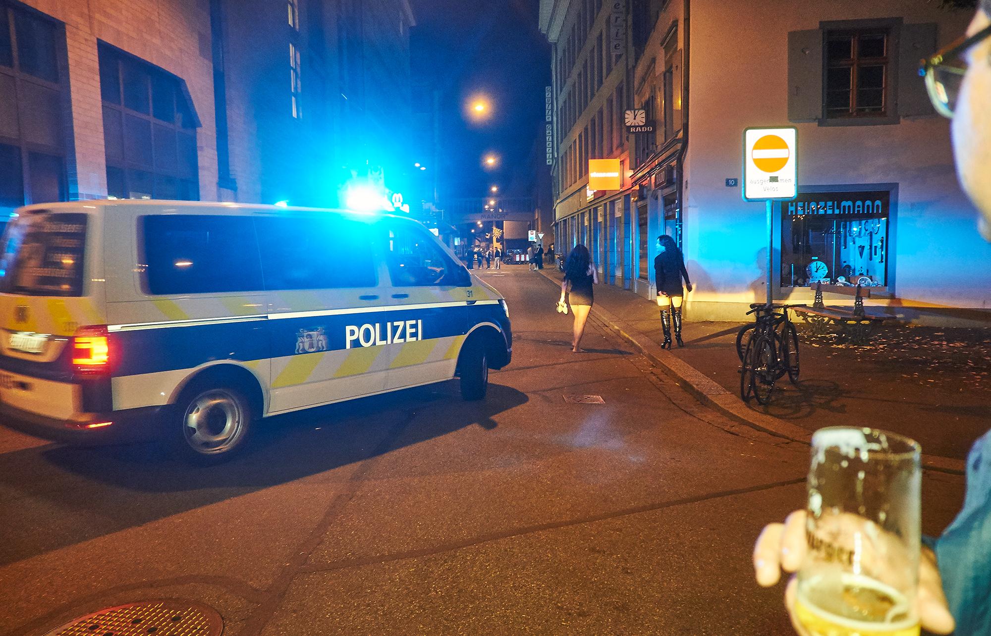 Der Staat sorgt für Ordnung I: Die Polizeimarkiert Präsenz in der Ochsengasse.