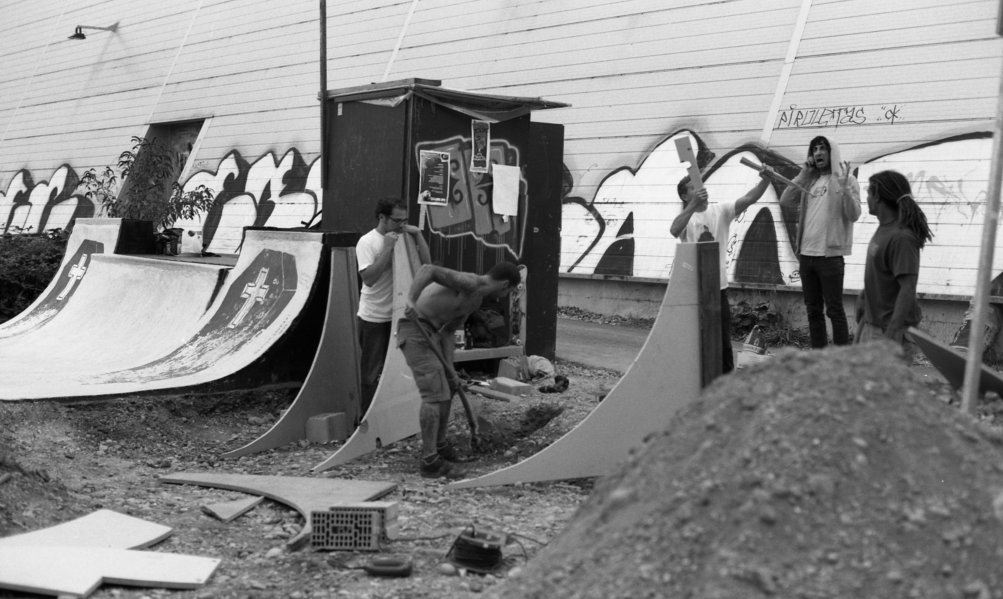 Skaterpark aus Leidenschaft: Die Gründer der Blackcrossbowl beim Bau des Parks 2006.