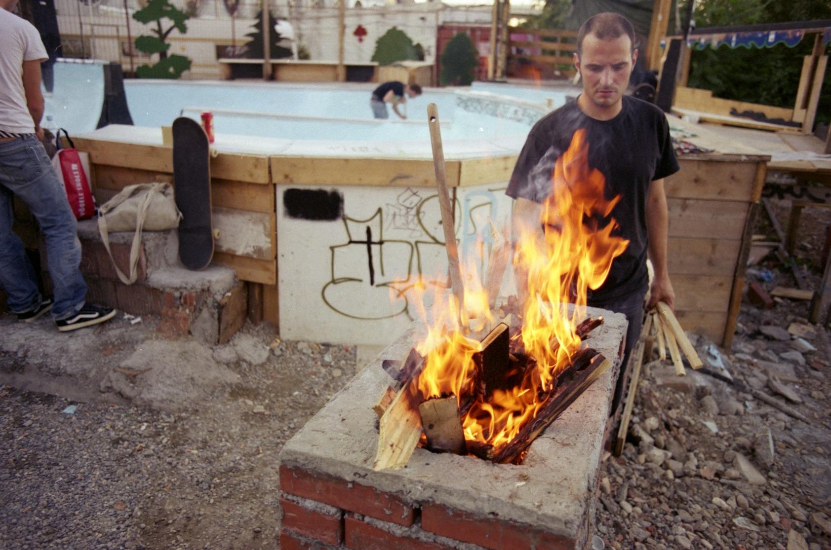 Eigenhändige Vernichtung: Als die Bagger aufs NT-Areal zogen, wurde die Blackcrossbowl feierlich verbrannt.