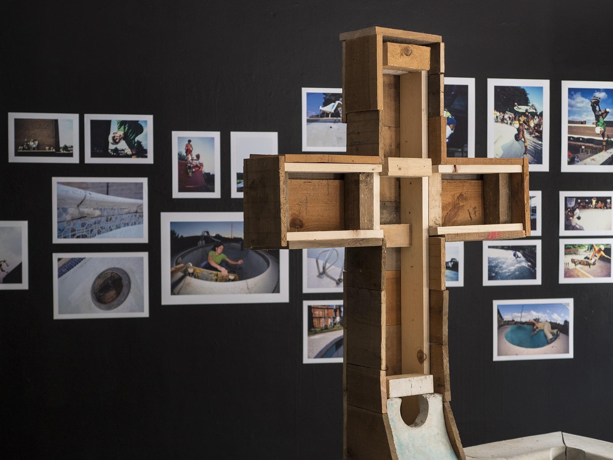 Das alte Kreuz wurde beim Abschied vom NT-Areal verbrannt, für die Ausstellung hat man es wieder konstruiert.
