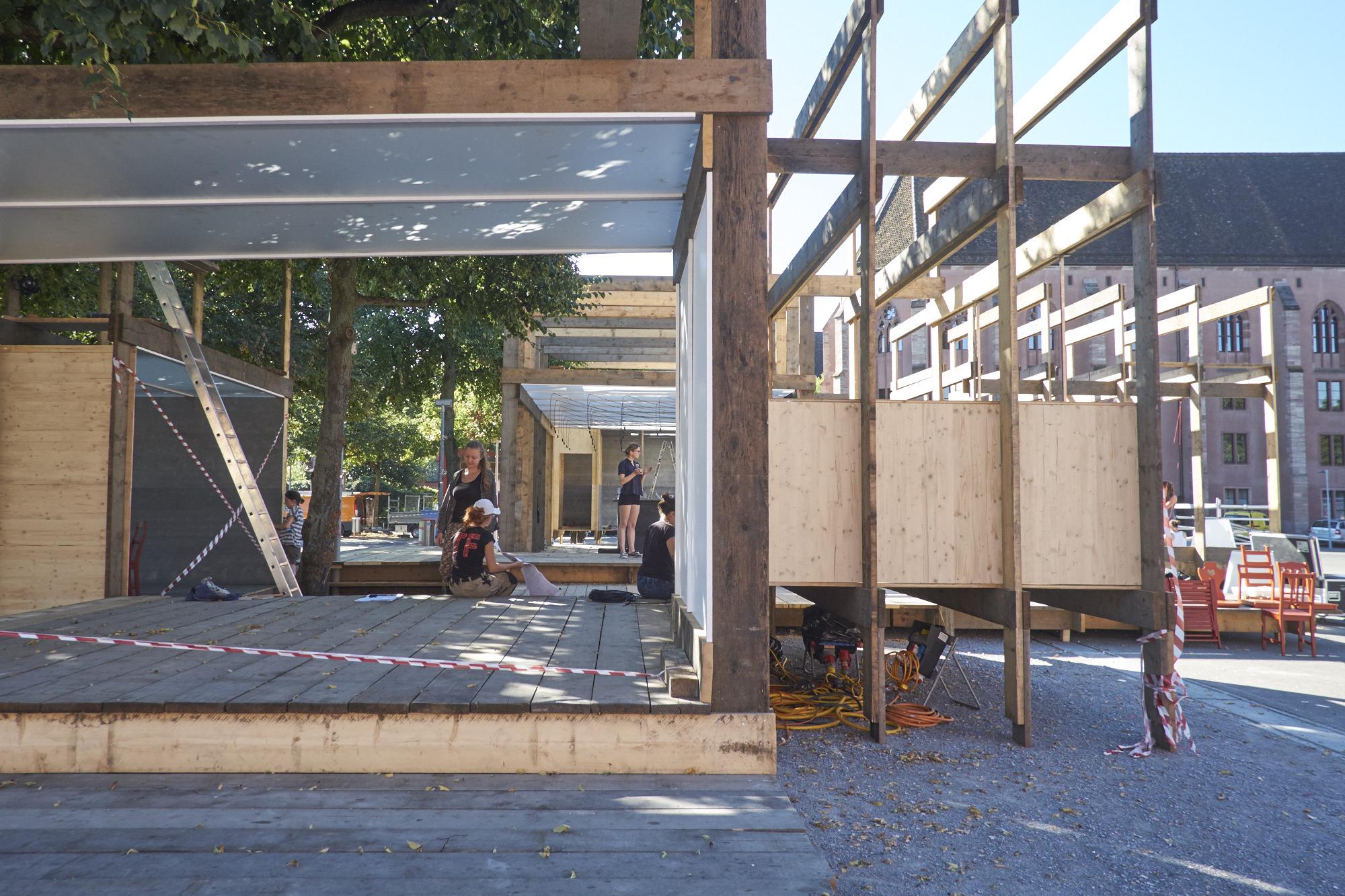 In den Räumen des Holzkomplexes ist alles offen.
