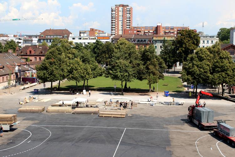 Hier wurde die letzten zwei Wochen gebaut: Auf dem Kasernenplatz.