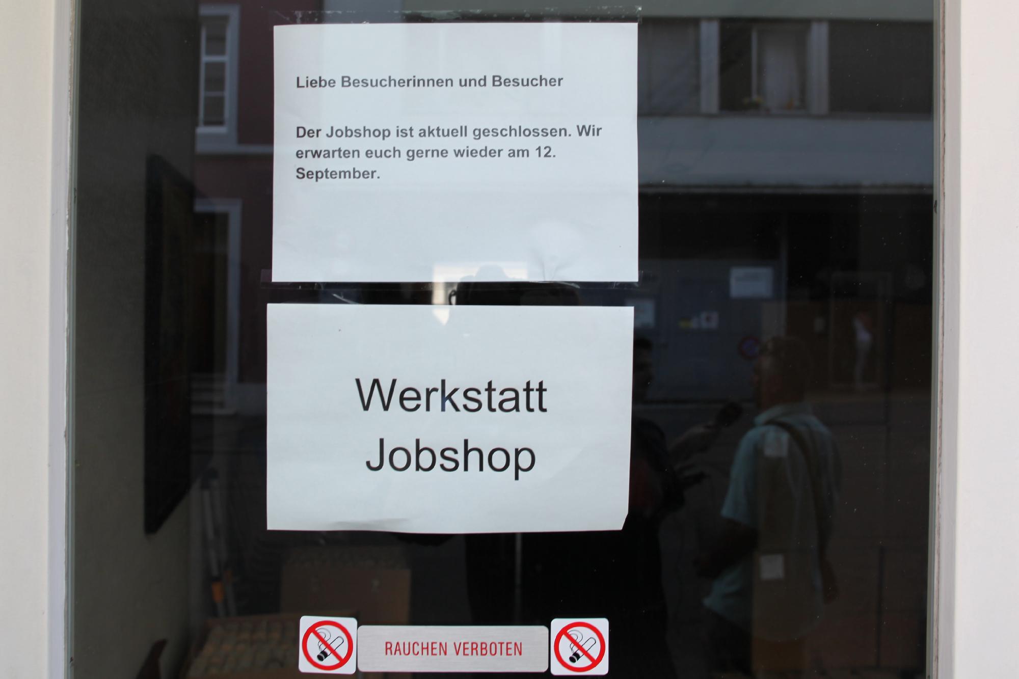 Dieser Zettel hängt laut Mitarbeitern seit Freitag, 26. August, an der Eingangstüre.