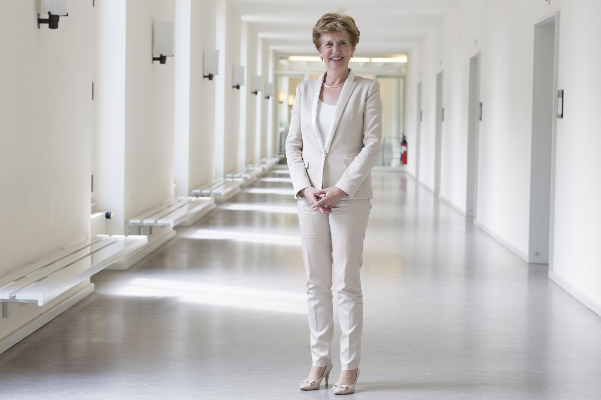 Bereits in den Gängen des Kollegiengebäudes anzutreffen: Andrea Schenker-Wicki, die neue Rektorin der Universität Basel