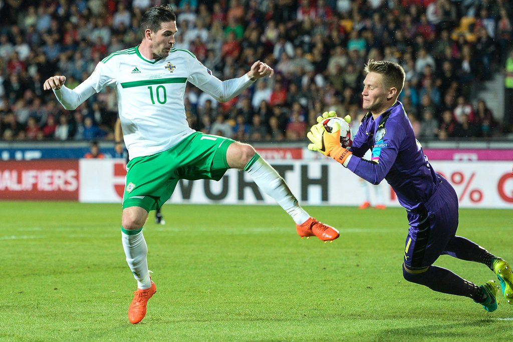 epa05524476 Tomas Vaclik of Czech Republic (R) in action against Kyle Lafferty of Northern Ireland (L) during the FIFA World Cup 2018 Group C qualifying soccer match Czech Republic vs Northern Ireland in Prague, Czech Republic, 04 September 2016. EPA/FILIP SINGER
