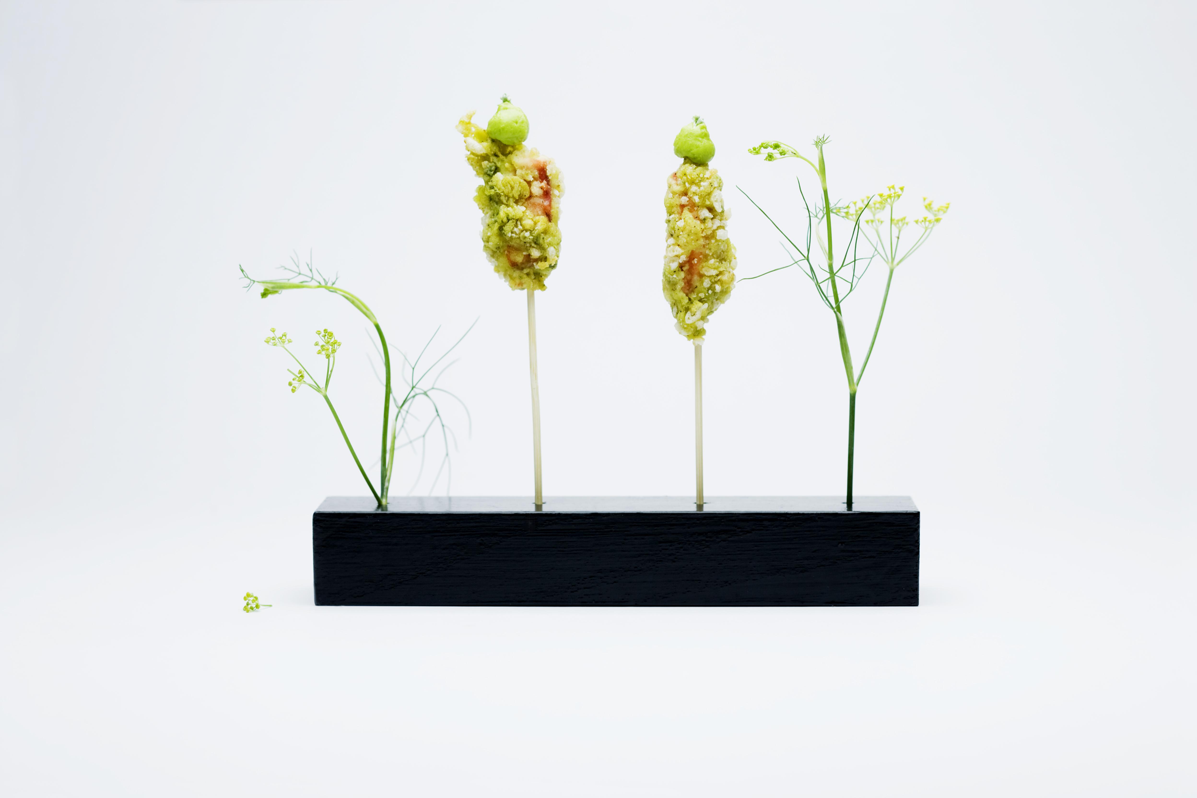 Installation mit Nährwert:Hummer-Fenchel-Blüten-Tempura mit Avocado-Sencha-Creme.