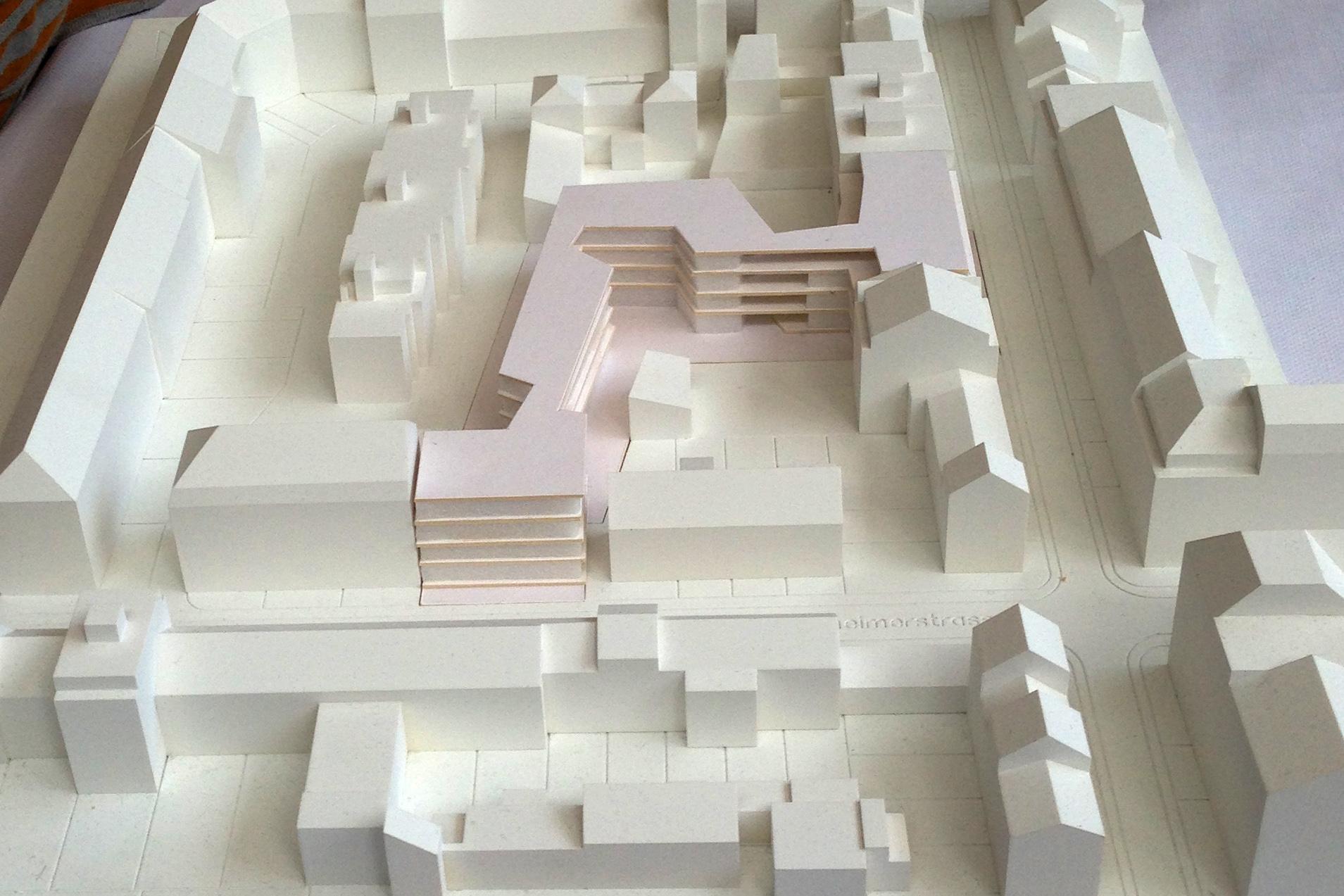 Am Modell lässt sich gut erkennen, wie die neue Überbauung den Hinterhof in zwei teilt.