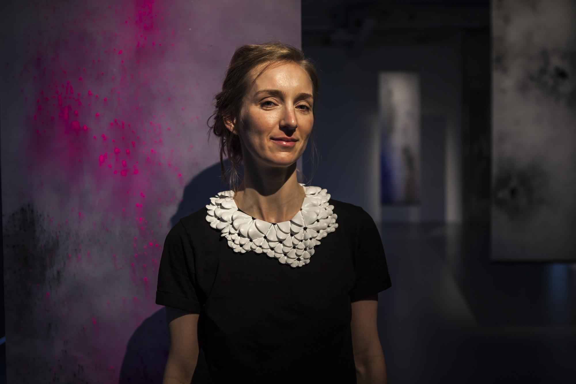 Die Künstlerin, die Drohnen für sich malen lässt: Addie Wagenknecht vor einem Drohnen-Action Painting.