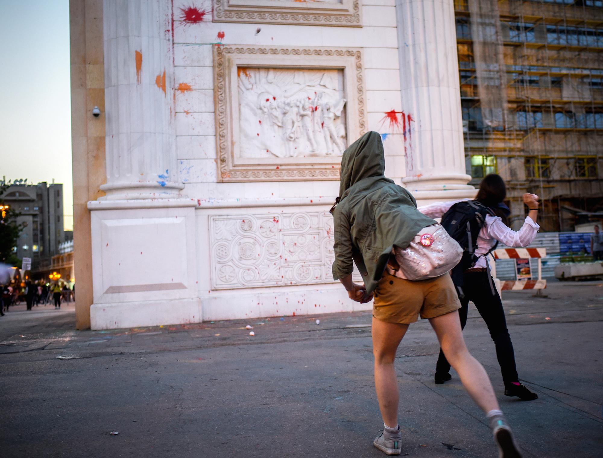 Farbkur für den Kitsch-Bau: Aktivisten der «bunten Revolution» am neuen Triumphbogen der Stadt.