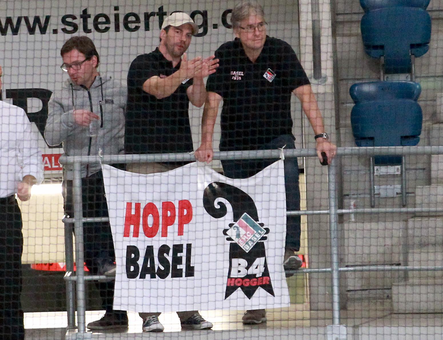 Präsident Daniel Schnellmann (rechts) und Sportchef Olivier Schäublin betrachten ihre Mannschaft bei einem Testspiel vor der Saison 2015/16.