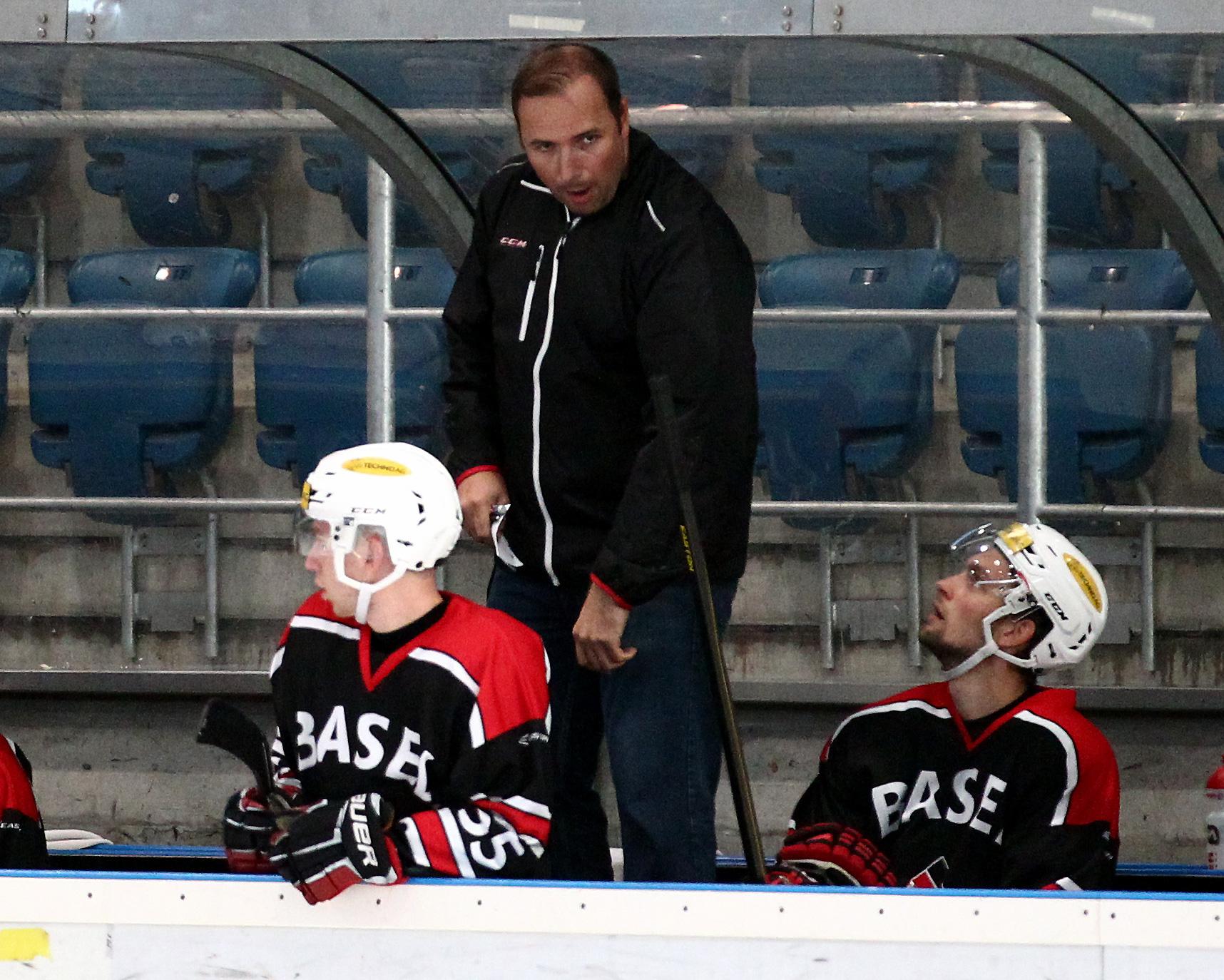 Reto Waldmeier steht neu als Headcoach an der Bande beim EHC Basel.