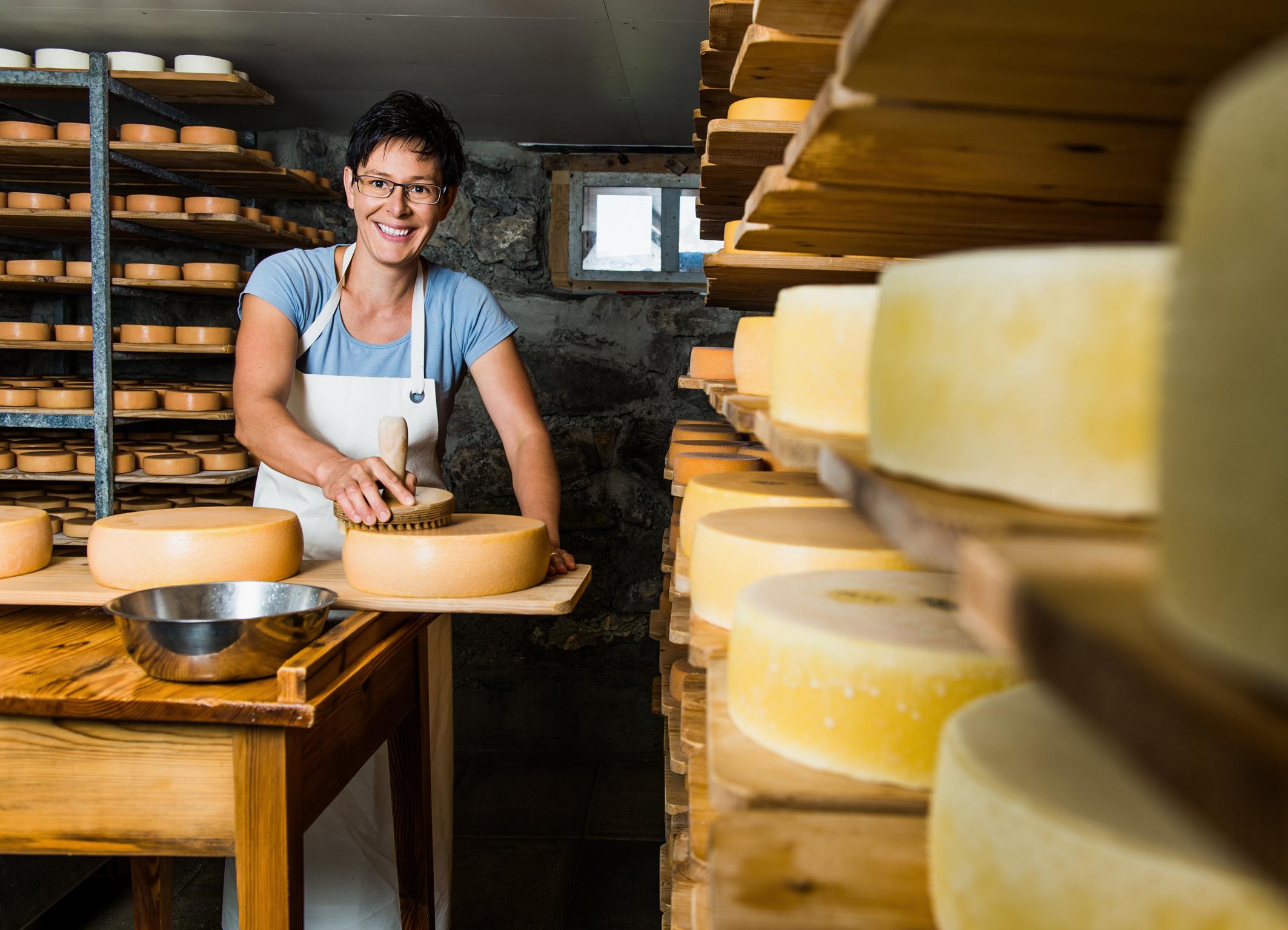 Beim Käsen ist eigentlich Theresia Hollensteins Ehemann der Chef. Aber sie darf helfen.