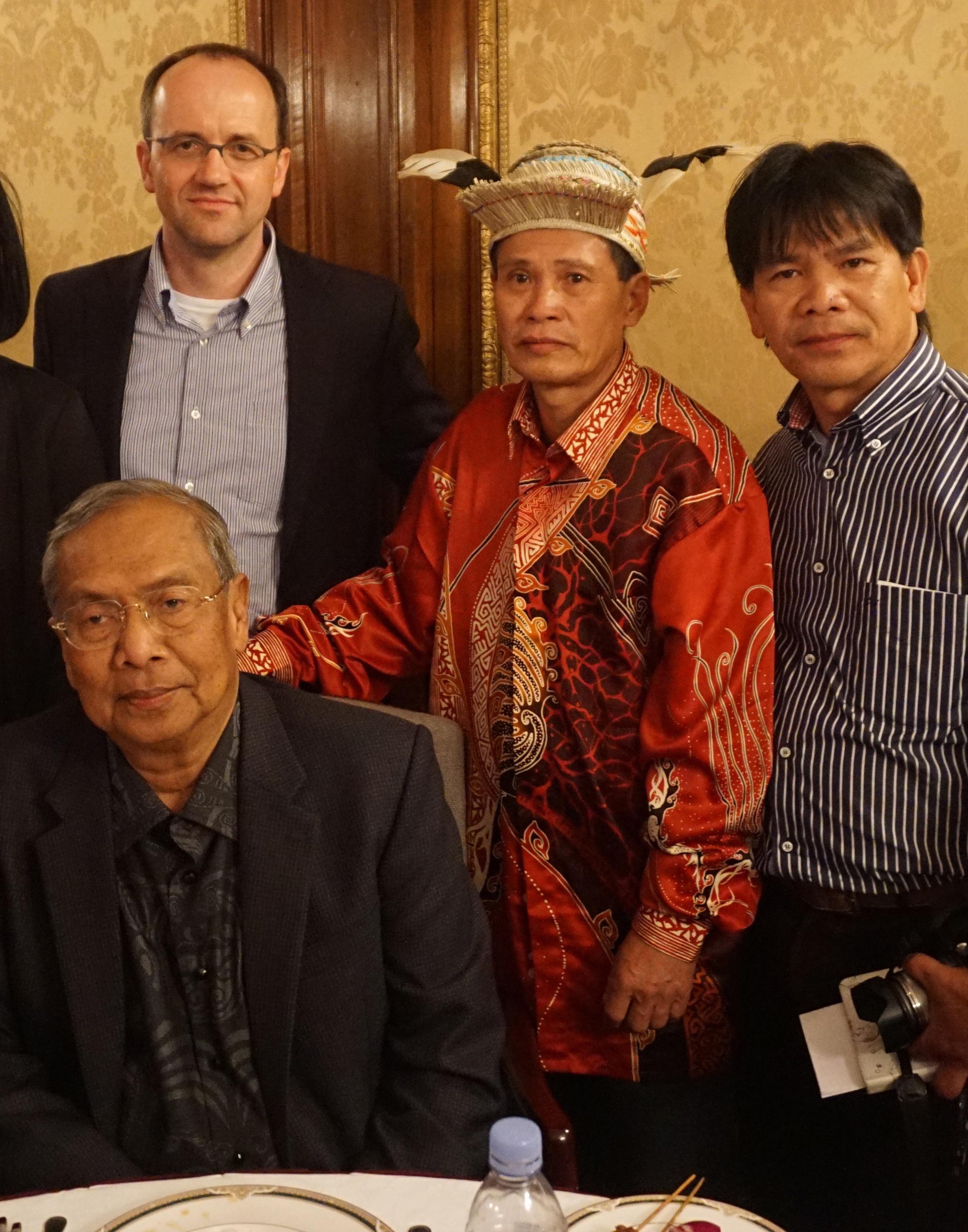Ohne Einladung empfangen: Lukas Straumann, Geschäftsleiter BMF, Penan-Vertreter Bilong Oyoi und Indigenenvertreter Mutang Urud mit Adenan Satem (sitzend), Chefminister des Malaysischen Bundesstaates Sarawak.