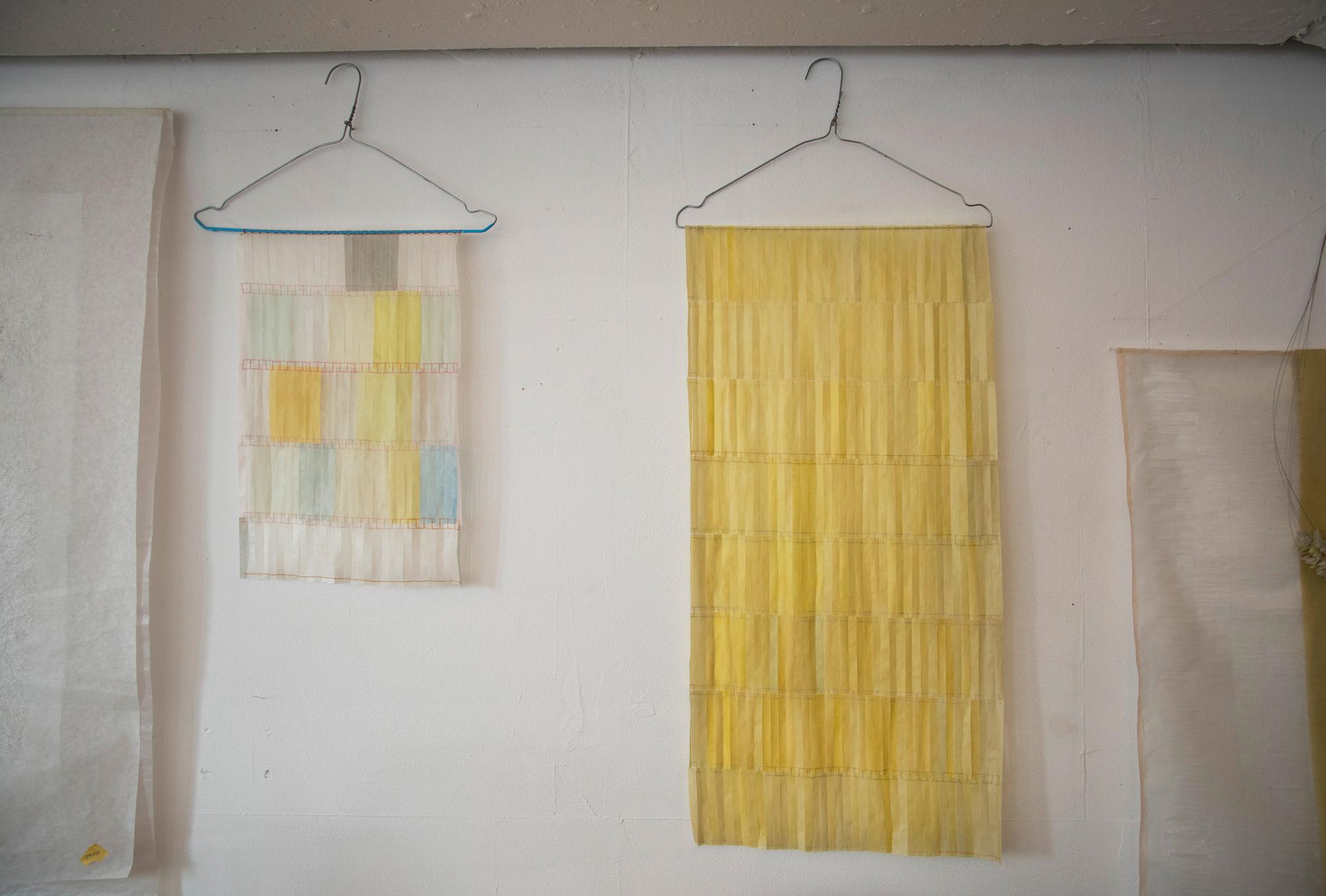 tami komai macht papierkunst die man auch als m bel brauchen kann oder umgekehrt. Black Bedroom Furniture Sets. Home Design Ideas