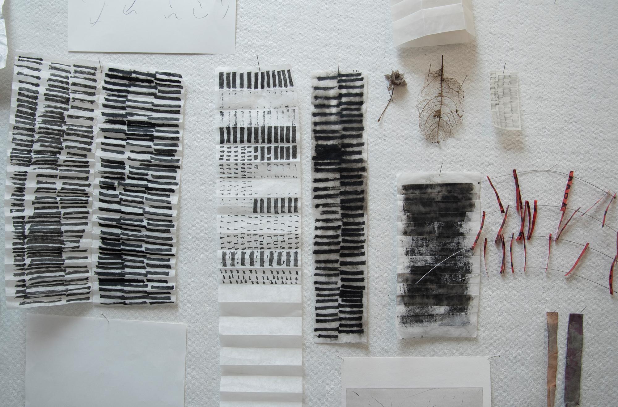 Tami Komai macht Papierkunst, die man auch als Möbel brauchen kann ...