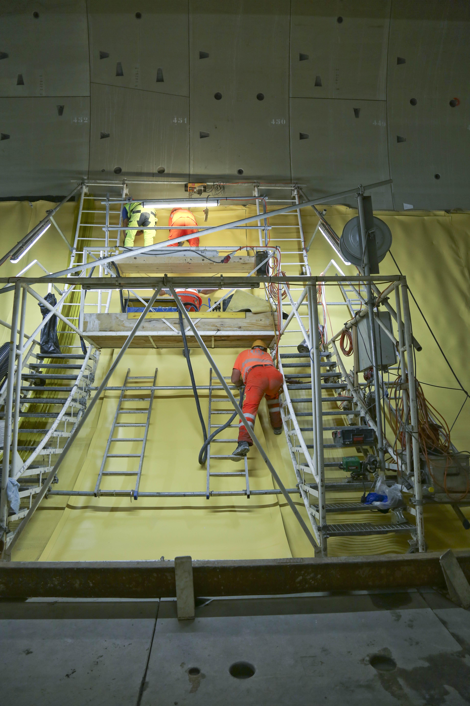 Eine gigantische Kletterwand: Die Röhre des Sanierungstunnels...