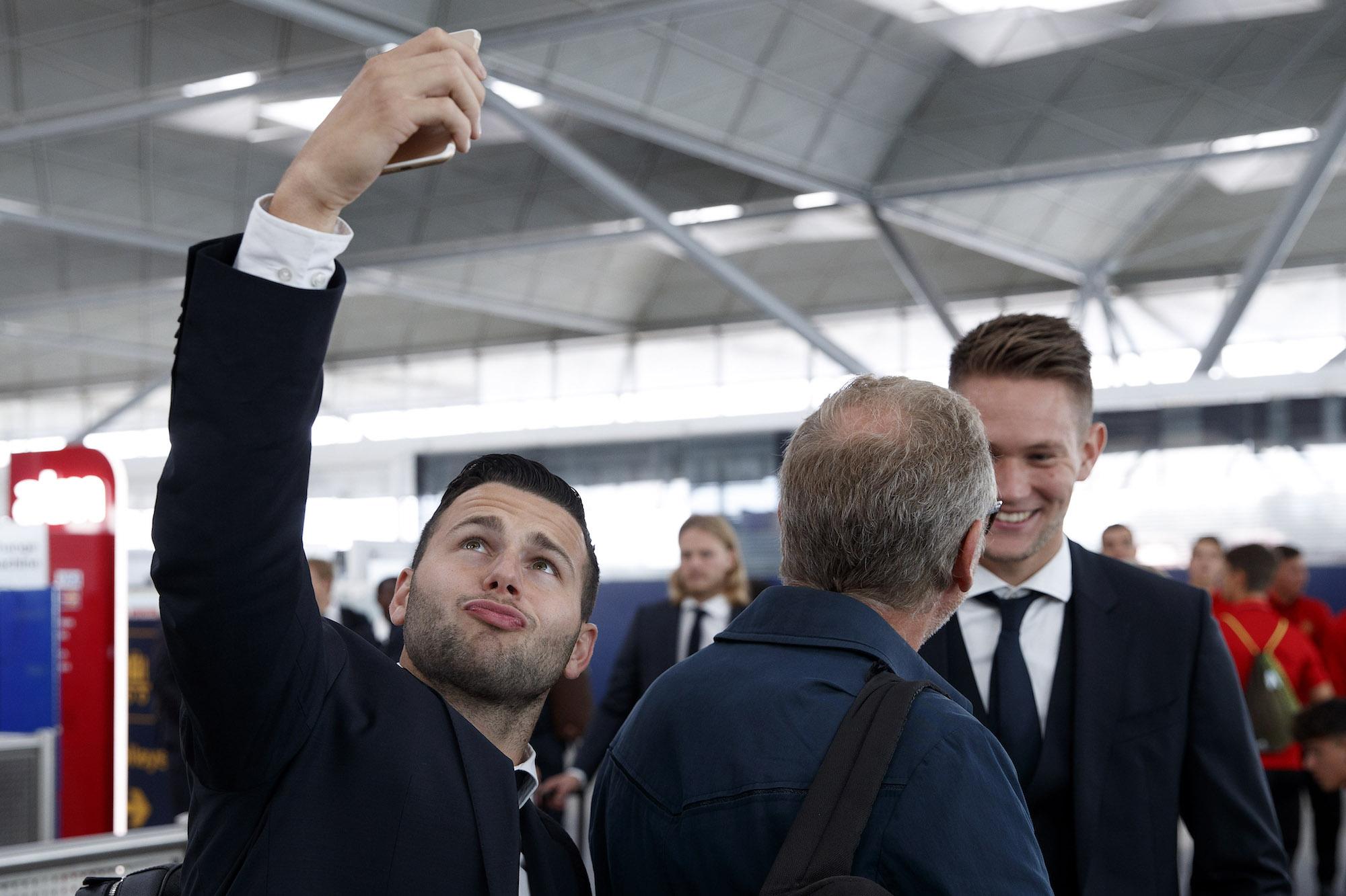 27.09.2016; London; Fussball Champions League - Reise FC Basel; Renato Steffen (Basel) macht Selfie bei der Ankunft am Flughafen Stansted (Christian Pfander/freshfocus)