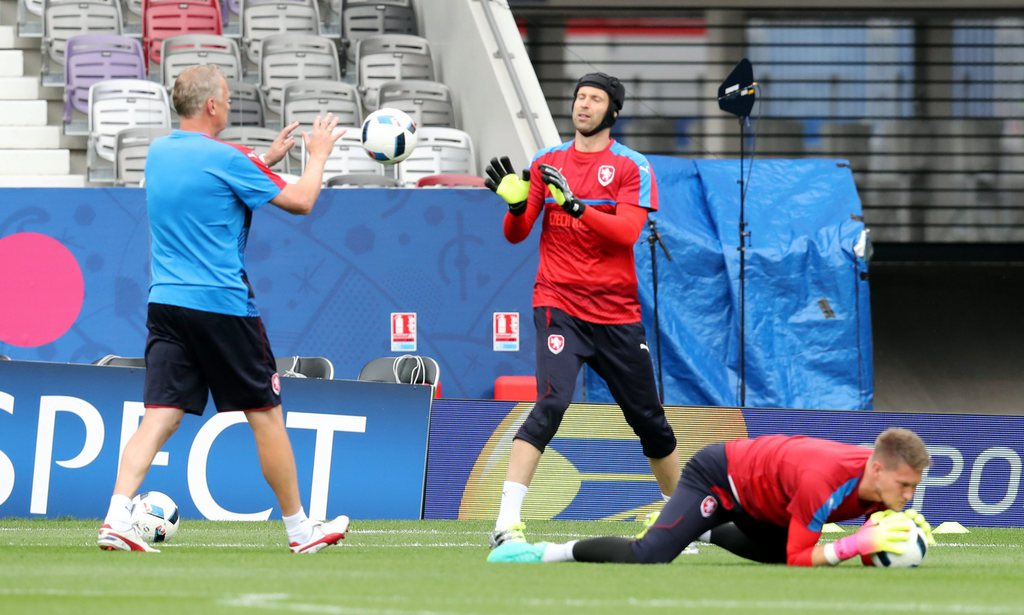 epa05360304 Czech goalkeeper Petr Cech during a training session at Stade Municipal de Toulouse in Toulouse, France, 12 June 2016. Czech Republic will face Spain in the UEFA EURO 2016 soccer championship group D preliminary round match at Stade Municipal de Toulouse in Toulouse on 13 June 2016...(RESTRICTIONS APPLY: For editorial news reporting purposes only. Not used for commercial or marketing purposes without prior written approval of UEFA. Images must appear as still images and must not emulate match action video footage. Photographs published in online publications (whether via the Internet or otherwise) shall have an interval of at least 20 seconds between the posting.) EPA/KHALED ELFIQI EDITORIAL USE ONLY