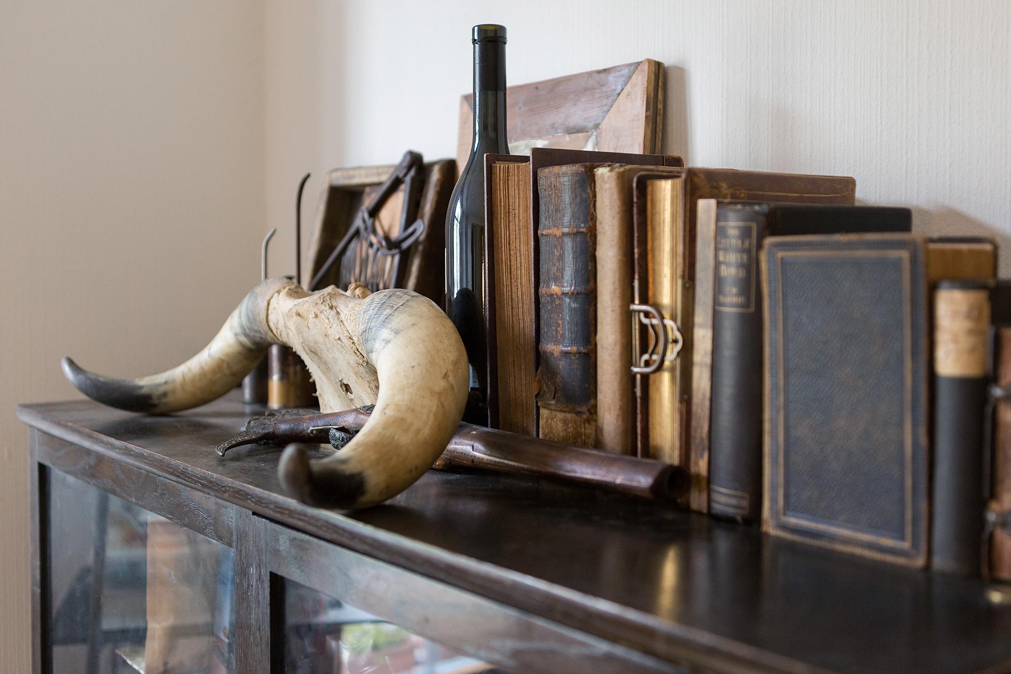 In Joel Vergeats Wohnung befindet sich an grosser Schatz an Gegenständen aus vergangen Zeiten.