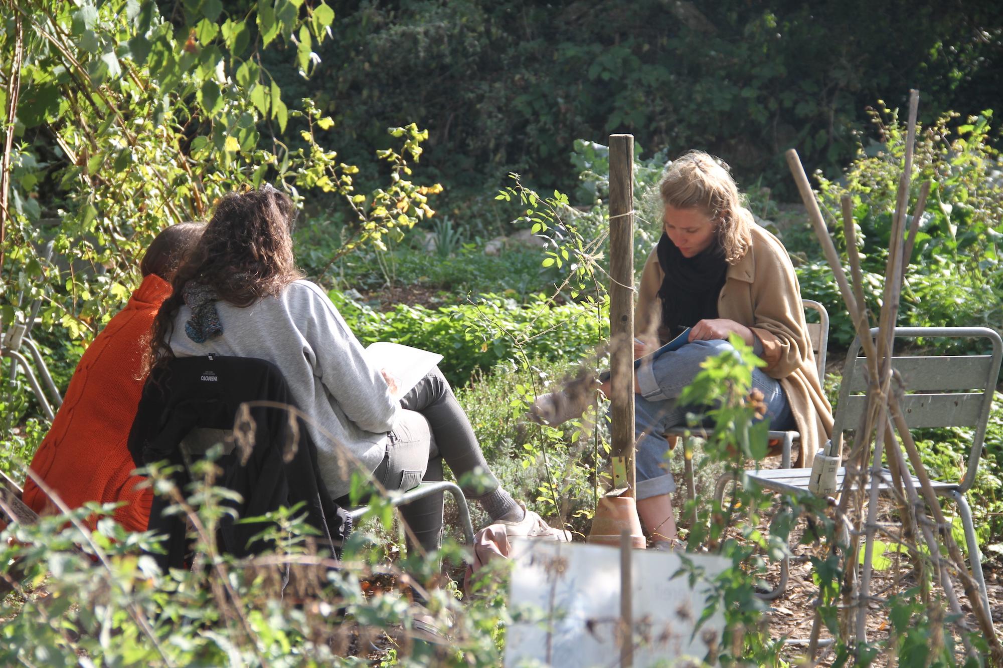 Raus in die Stadt, rein in die Geschichten: Rahel Messerli und Anna Weber im Gespräch mit den Landhofinitiantinnen.