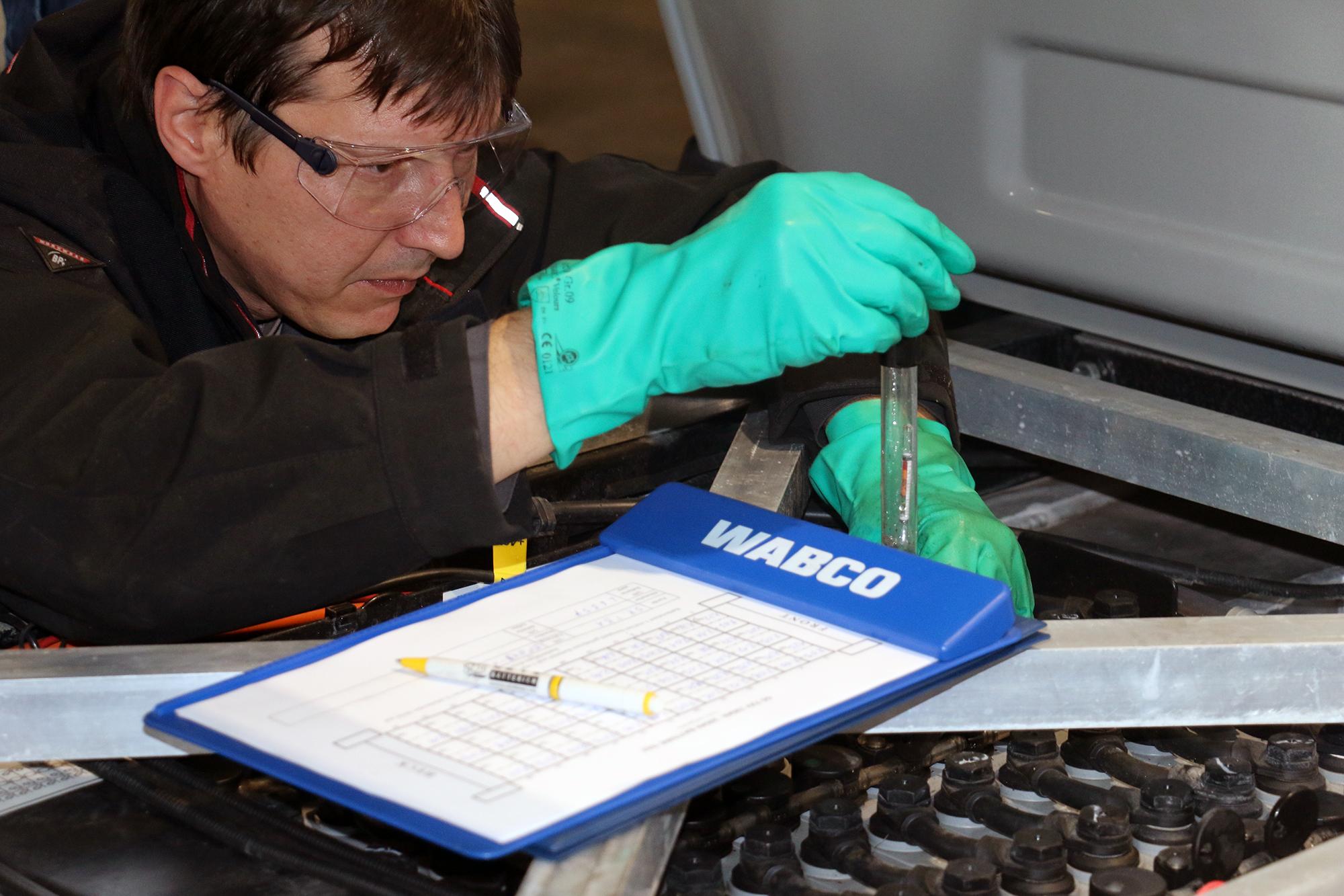 Hier wird die Spannung an den Zellen der Traktionsbatterie gemessen. Ist sie zu gering, muss die Batterie ausgetauscht werden.