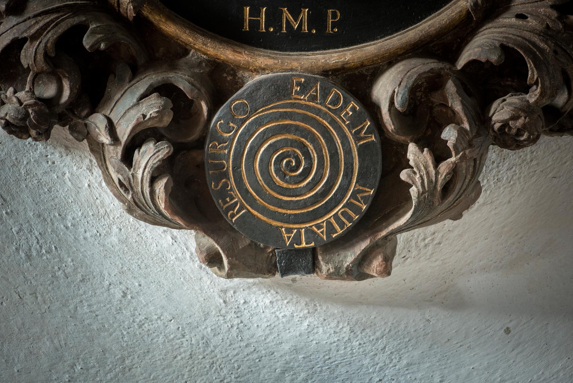Was hat es mit der rätselhaften Spirale bei der Grabtafel des Mathematikers Jakob I. Bernoulli auf sich? Andreas Pronay macht nun diese und andere Inschriften der Kreuzgänge zugänglich.