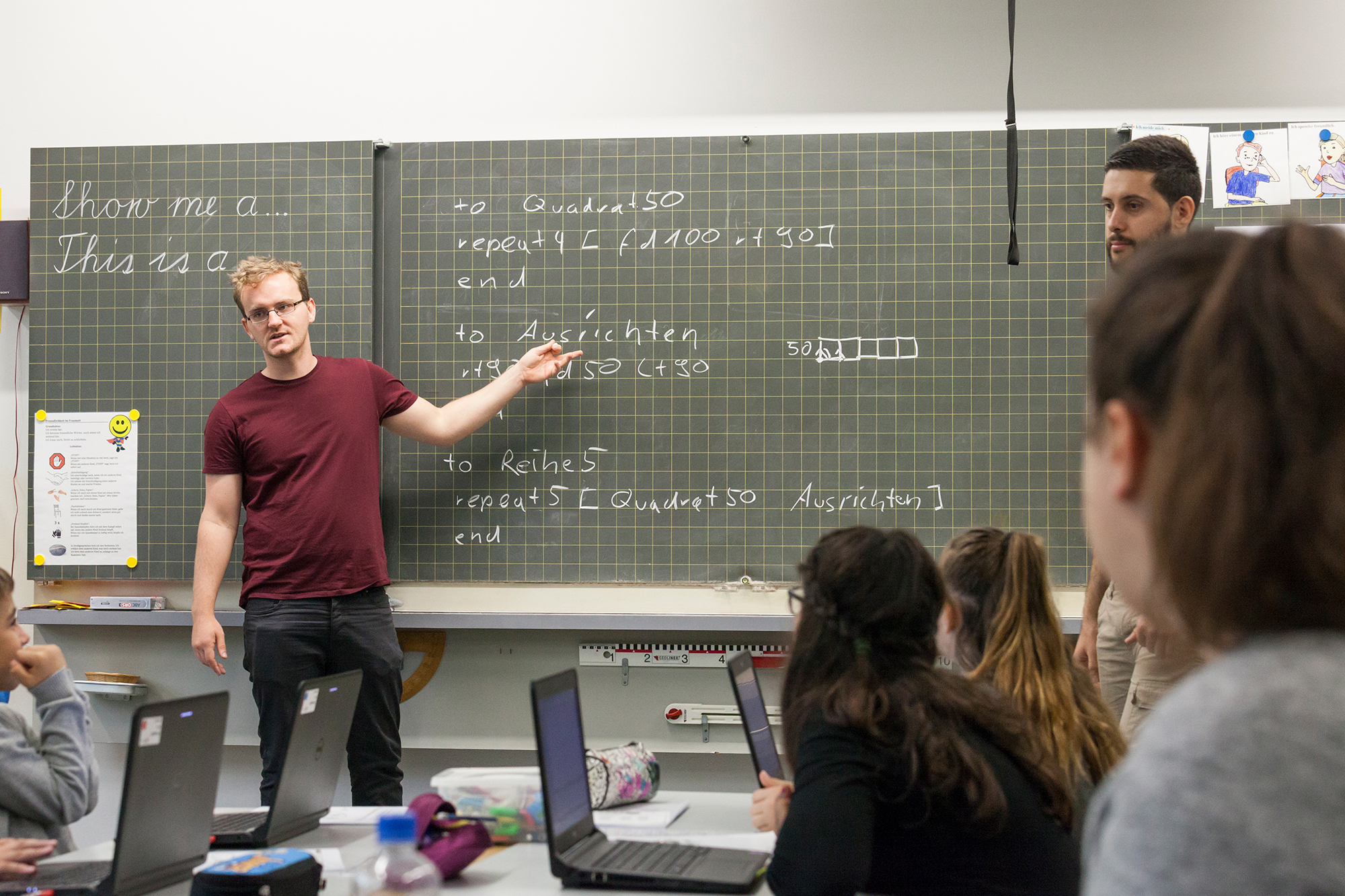 Die Basler Informatik-Studenten Martin Jehle und Gökhan Yesilyayla bringen im Rahmen von Primalogo Primarschülern das Programmieren bei.