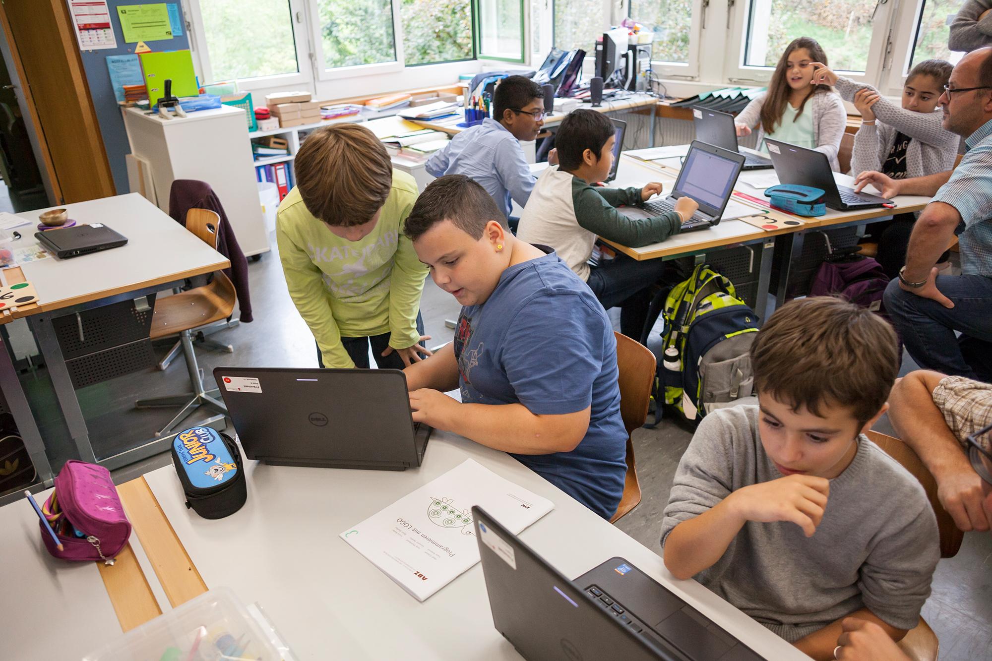 Die Schülerinnen und Schüler arbeiten eng zusammen: Man hilft einander und tauscht sich aus.