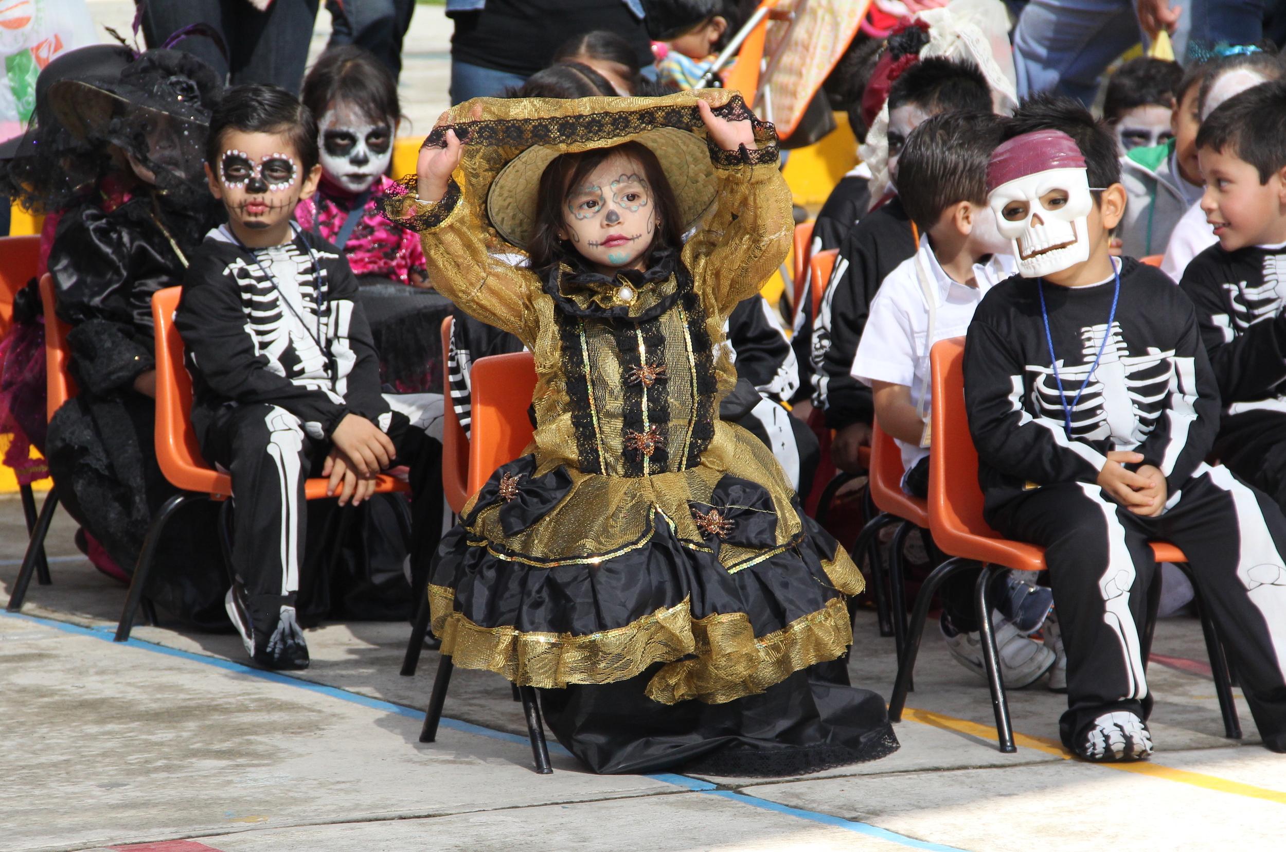 Halloween hat auch in Mexiko seine Spuren hinterlassen. Verkleidungen werden immer beliebter. Spitzenreiter ist aber eine mexikanische Figur: Die Catrina, die auch von diesem Mädchen in einem Kindergarten von Mexiko-Stadt verkörpert wird.