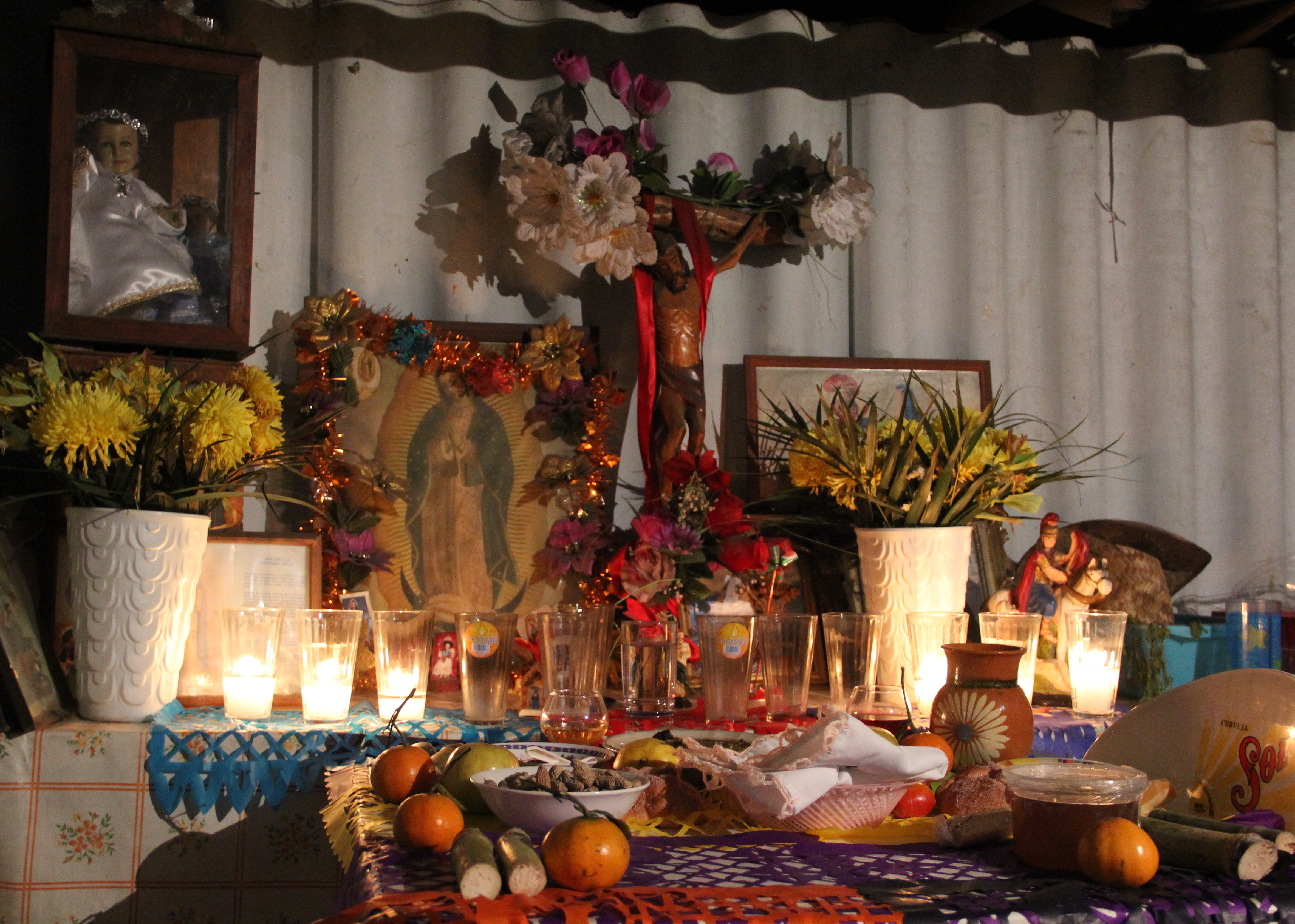 Die Jungfrau von Guadalupe, Pulque-Gläser und Früchte: Ein Altar zum «Tag der Toten» in einer Kneipe.