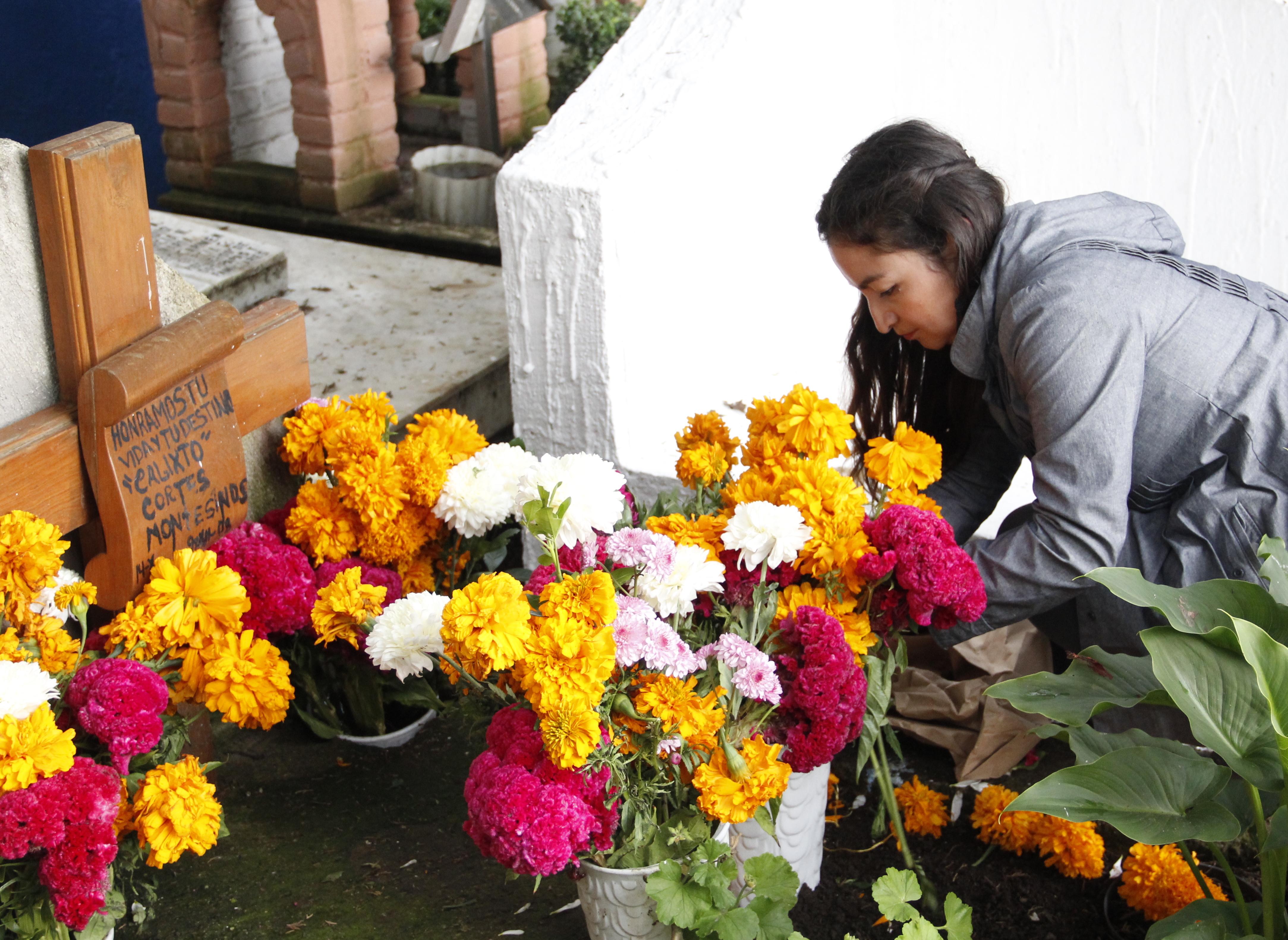 Die gelbe Blume Cempasúchil darf keineswegs fehlen: Wie hier auf dem Friedhof von San Mateo Tlaltenango (Mexiko-Stadt) gehört sie zum traditionellen Grabschmuck für die verstorbenen Verwandten.