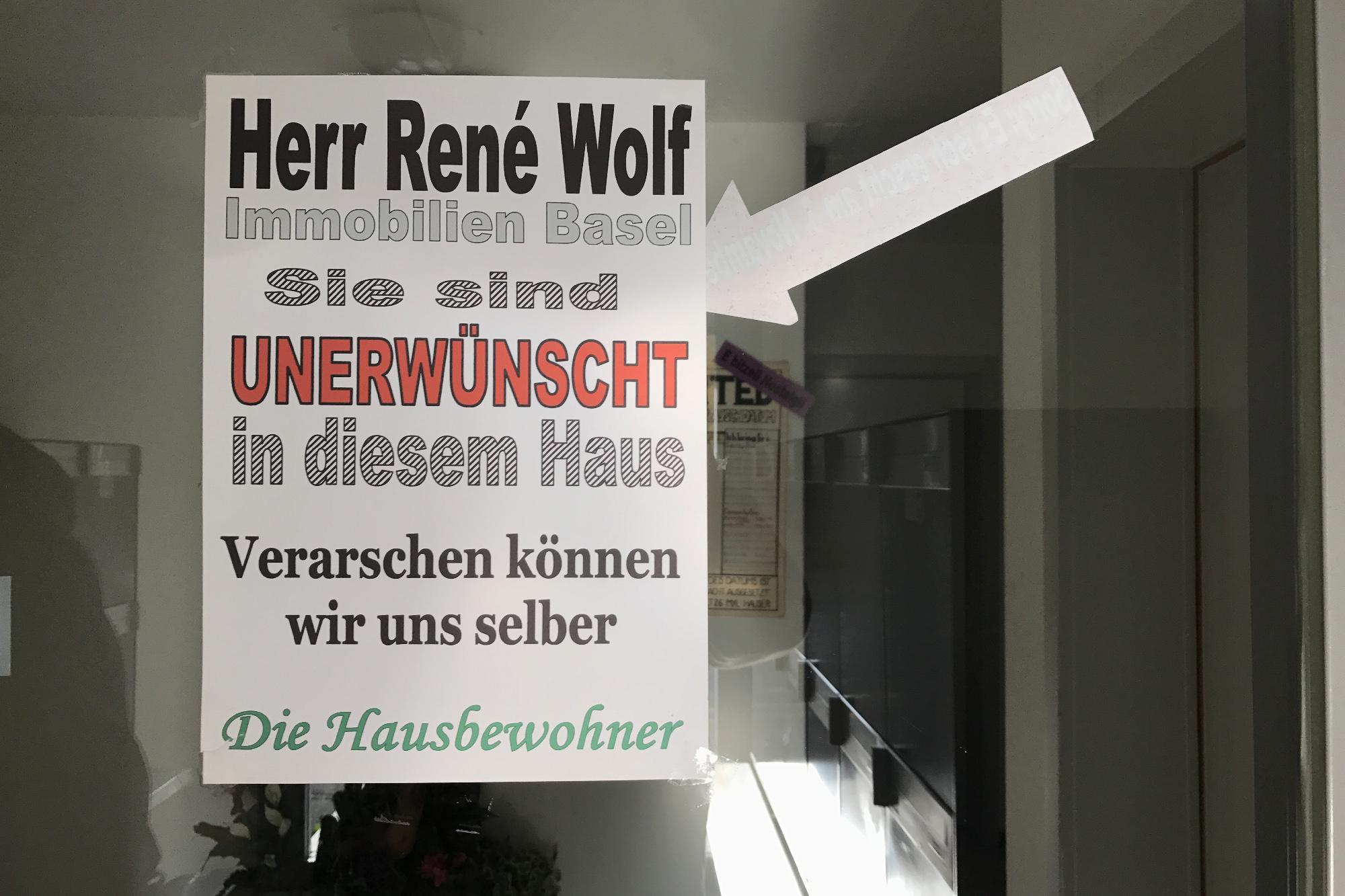 Verschärfter Ton: Kampfansage an Immobilien Basel-Stadt an der Eingangstür.