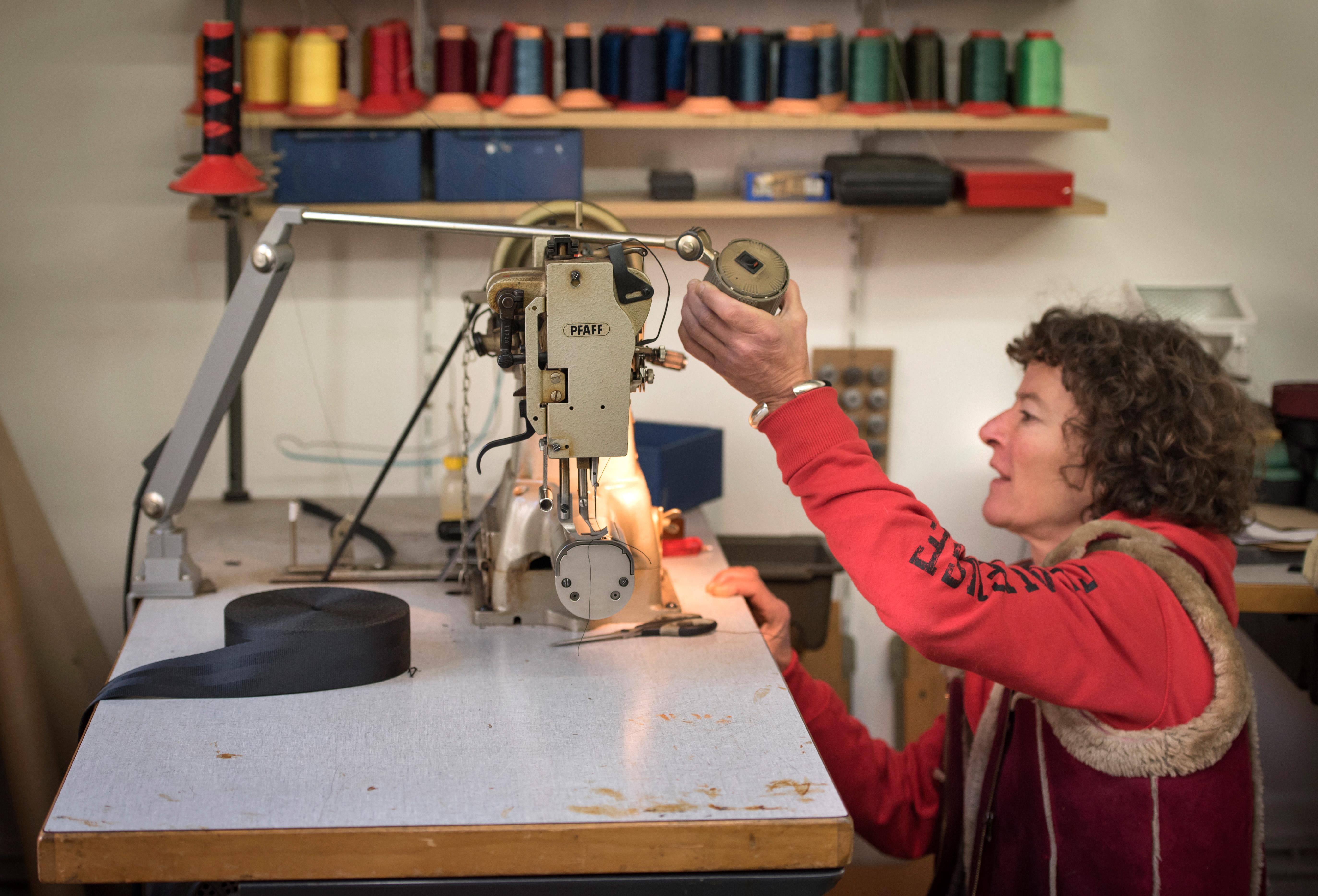 Mirjam Weber bearbeitetgrobe Stoffe wie Leder, Segeltücher und Blachen.