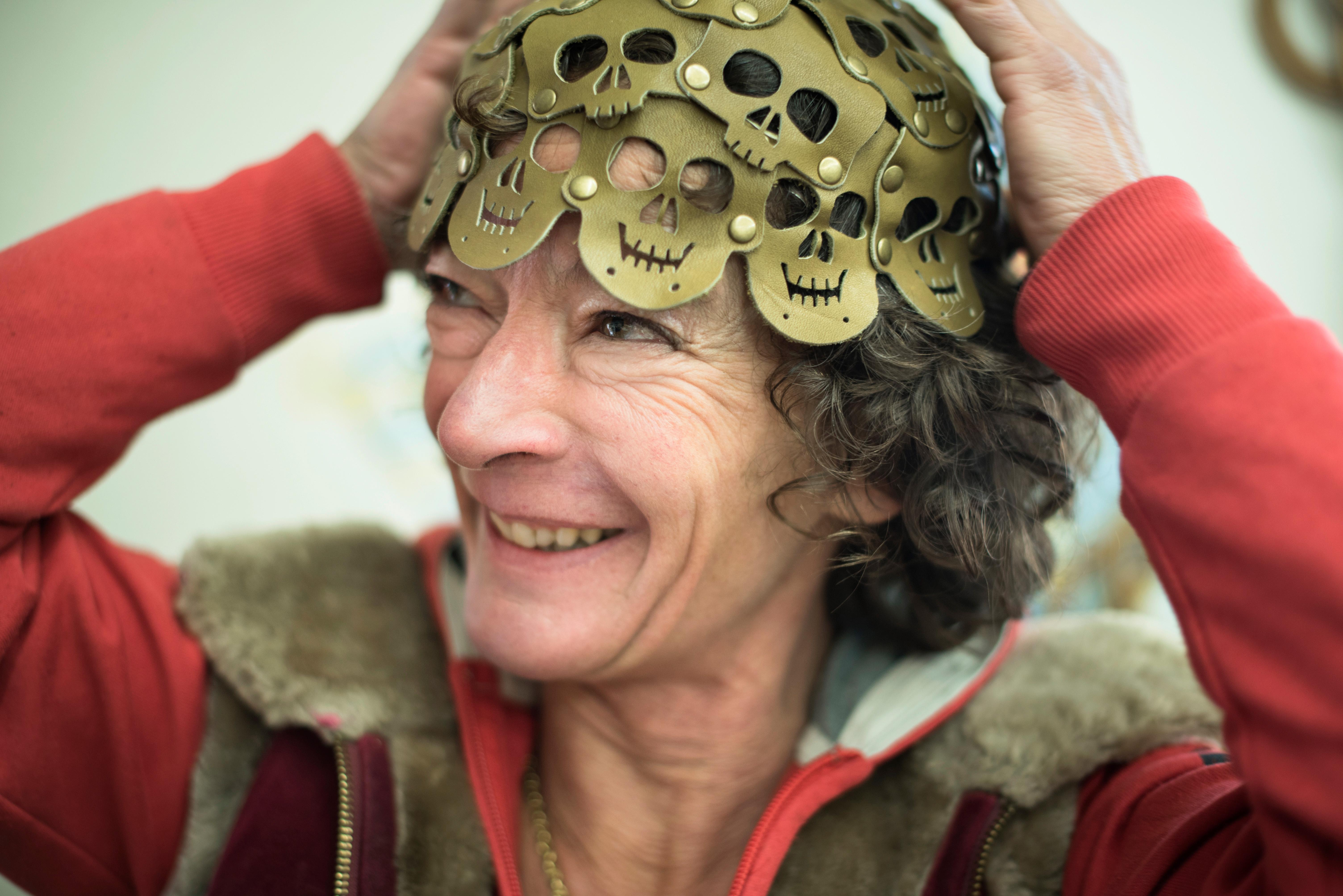 Mirjam Weber mit ihrem selbstgemachten Leder-Käppchen aus ausgestanzten Totenköpfen.