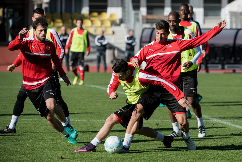 Switzerland's national soccer team with Remo Freuler, right, and Admir Mehmedi, left, during a training session in Lugano, Switzerland, on Tuesday, November 8, 2016. Switzerland is scheduled to play a 2018 Fifa World Cup Russia group B qualification soccer match against Faroe Islands on Sunday, November 13, 2016. (KEYSTONE/Ti-Press/Gabriele Putzu)