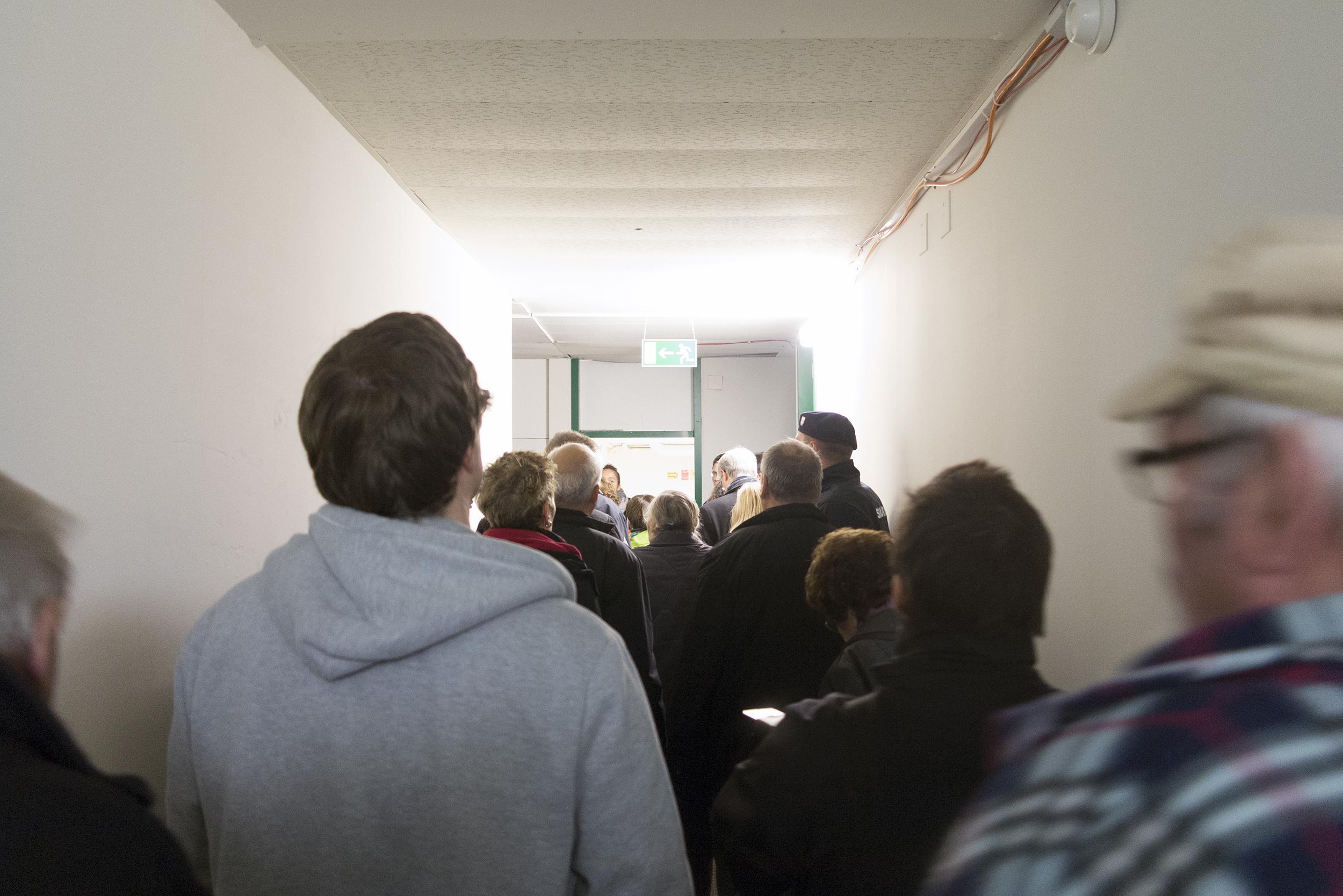 Mehr und weniger besorgte Bürger beim Rundgang durch das Bundesasylzentrum.