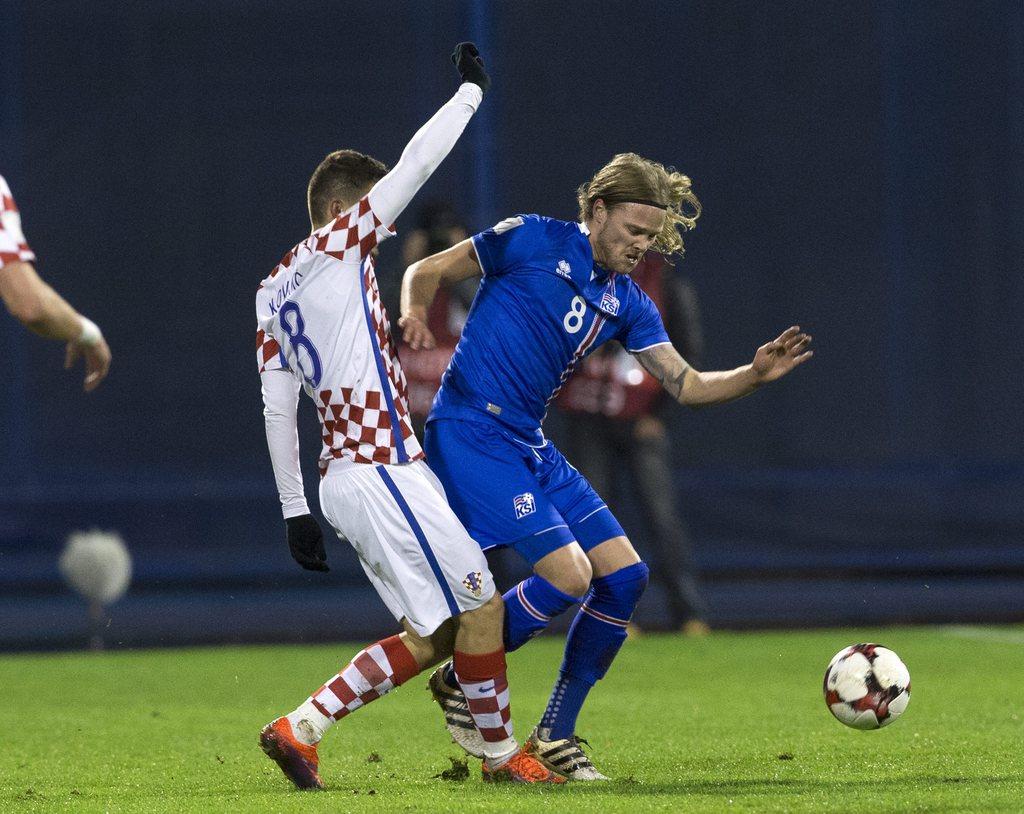 epa05628543 Iceland's Birkir Bjarnason (R) in action against Croatia's Mateo Kovacic (L) during the FIFA World Championships 2018 qualification soccer match between Croatia and Iceland in Zagreb, Croatia, 12 November 2016. EPA/ANTONIO BAT