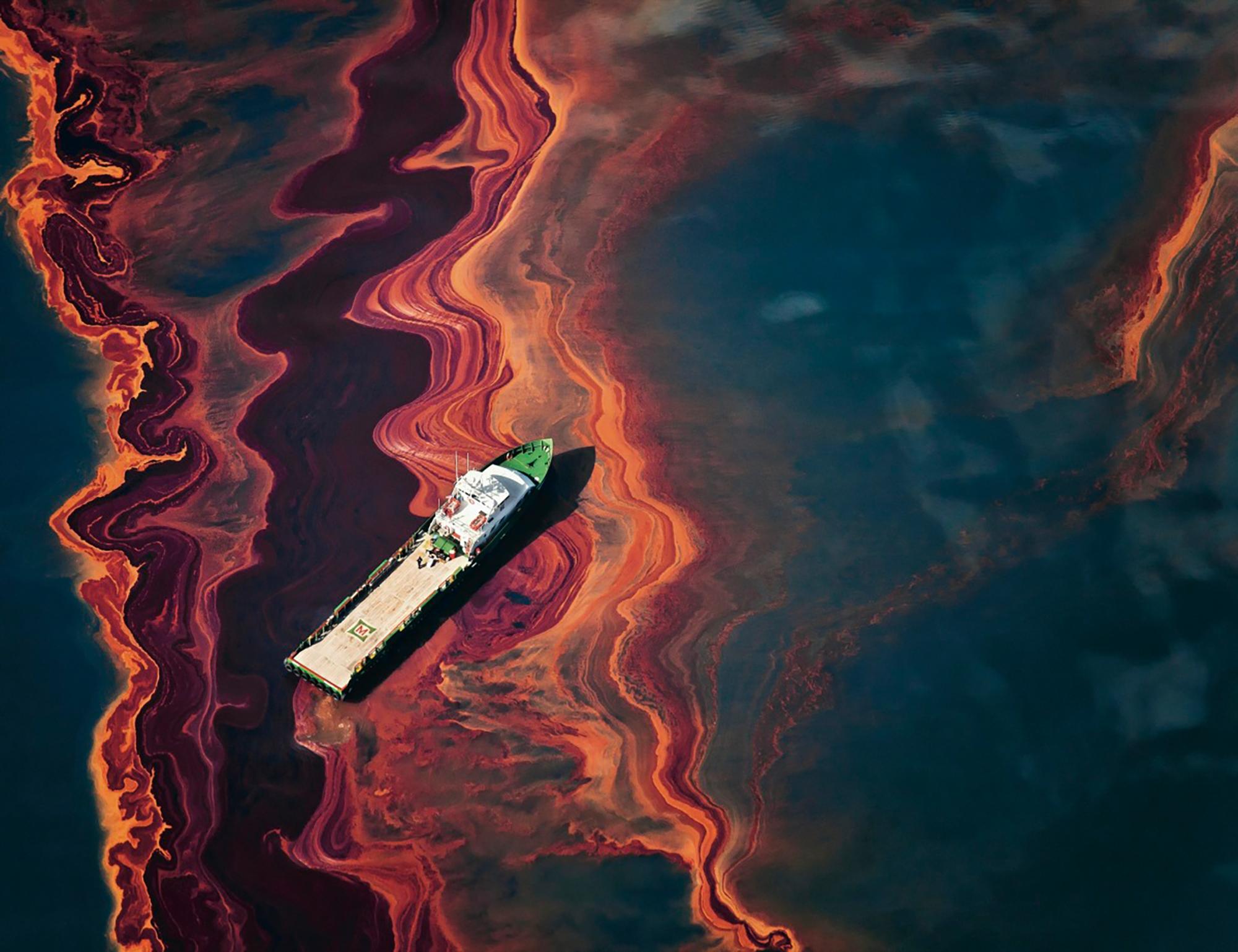 Trotz malerischem Aussehen: Für Tiere ist der Ölteppich tödlich.