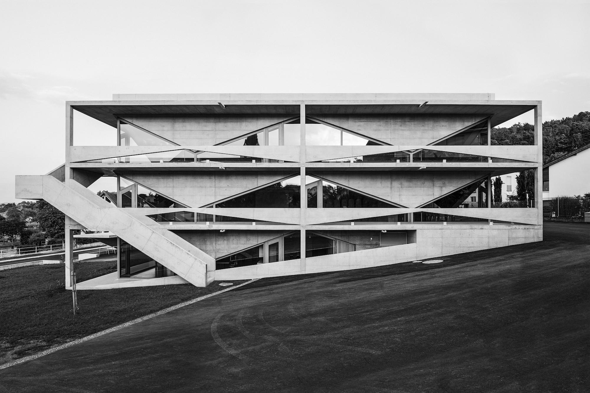 Am liebsten zeigt man sich in der Schweizer Architekturszene mit Gebautem. Ein bisschen Werbung sei erlaubt: Hier etwa für Angela Deuber mit dem Schulhaus Thal im St. Galler Rheintal.