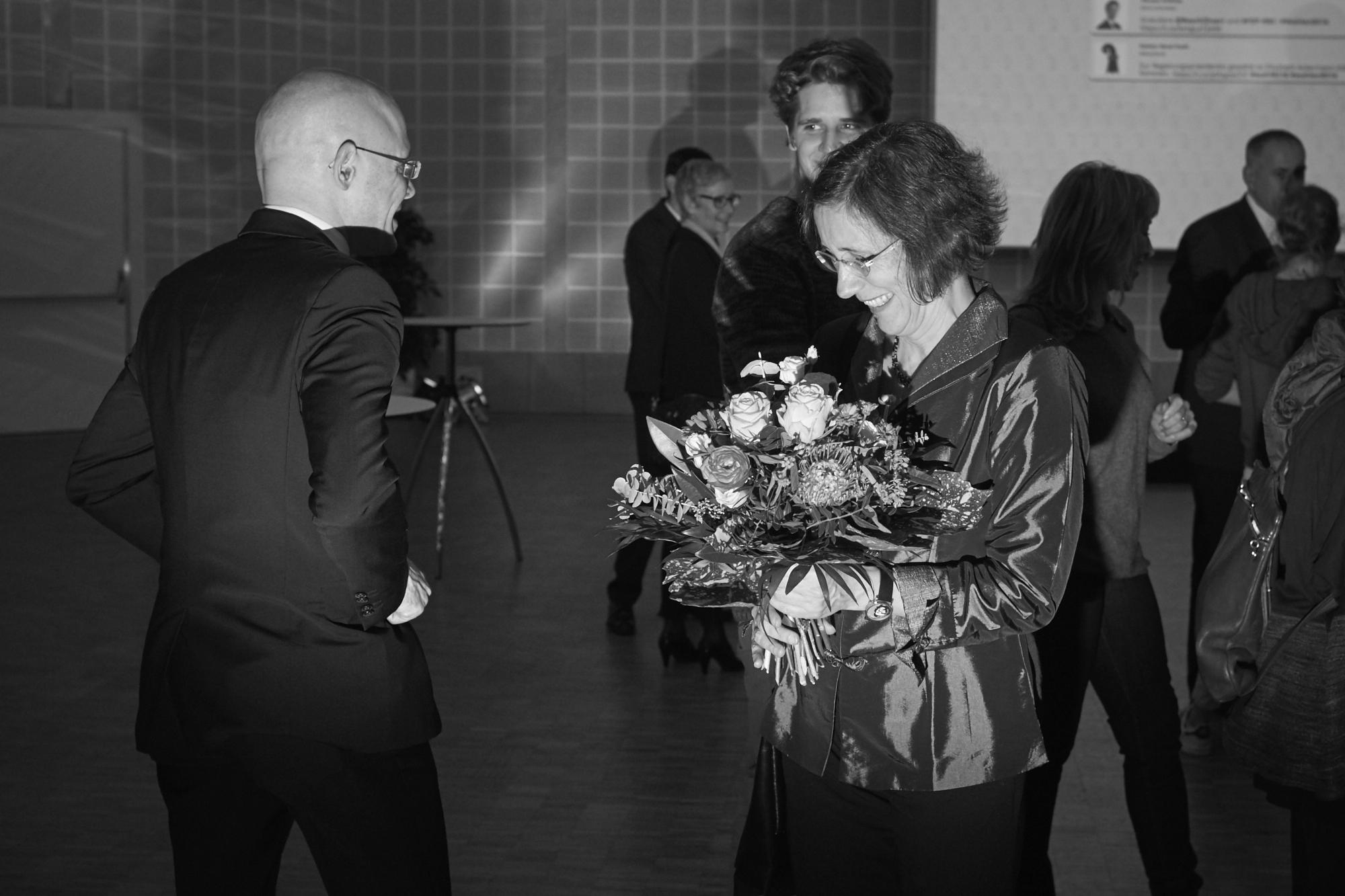 Eine Geste, die für Freude sorgt: Baschi Dürr (l.) hat Heidi Mück sein Rosen-Bouquet geschenkt.