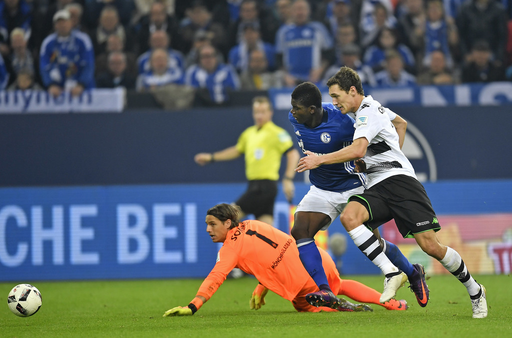 Schalke's Breel Embolo, center, passes Moenchengladbach goalkeeper Yann Sommer to score his side's 2nd goal during the German Bundesliga soccer match between FC Schalke 04 and Borussia Moenchengladbach in Gelsenkirchen, Germany, Sunday, Oct. 2, 2016. Schalke defeated Moenchenglabach by 4-0. (AP Photo/Martin Meissner)