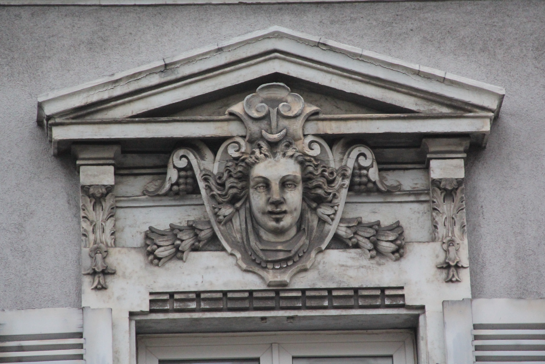Noch schauen die Maskarone von der Fassade aus dem 19. Jahrhundert herab. Was aber mit dem Gebäude geschehen wird, steht noch in den Sternen.