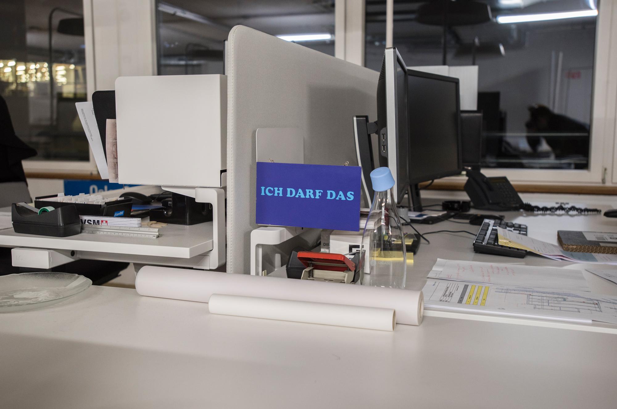 Im Gebäude befinden sich Büros…
